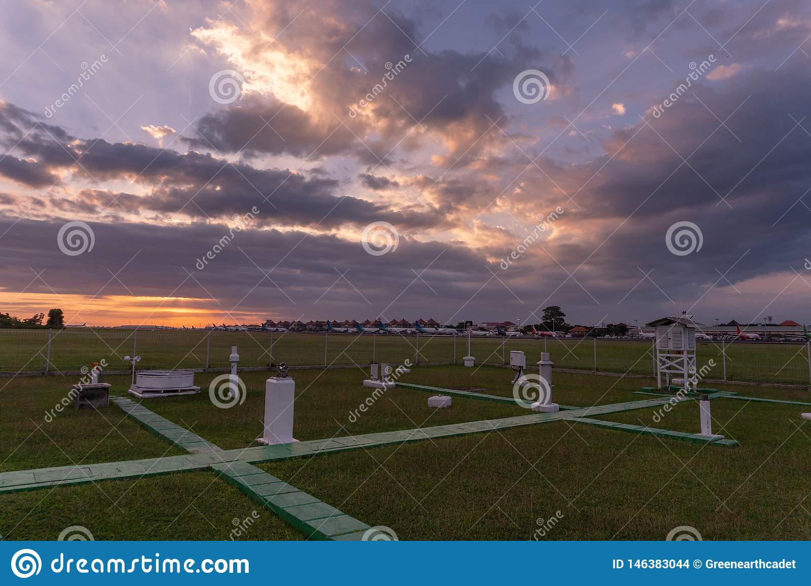 DENPASAR/BALI- 23 AVRIL 2019 : la vue du parc météorologique d outil à l aéroport international de Ngurah Rai semble verte avec