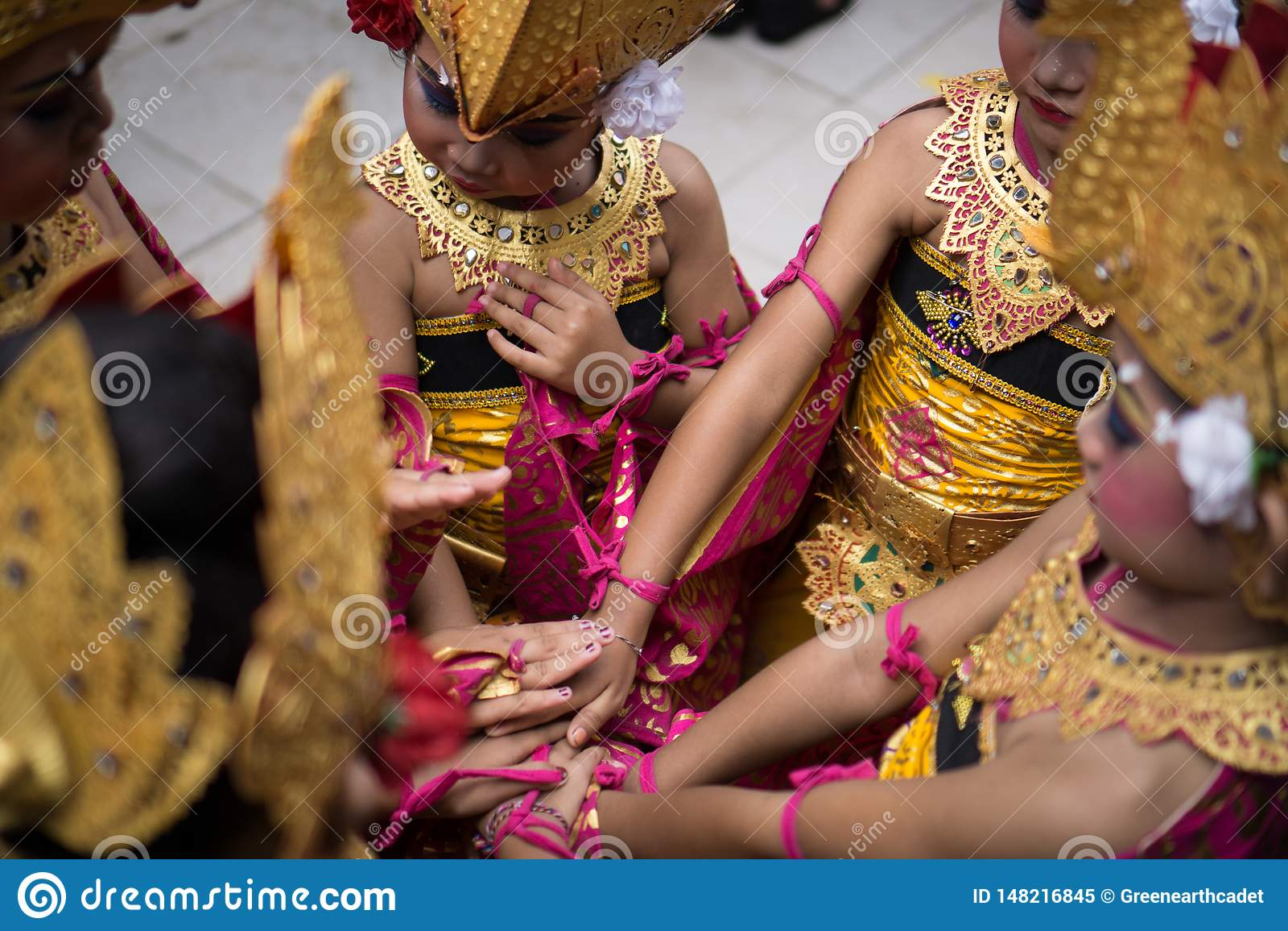 DENPASAR/BALI- 28 DÉCEMBRE 2018 : une équipe de danseurs féminins tiennent des mains ensemble pour augmenter la confiance en soi