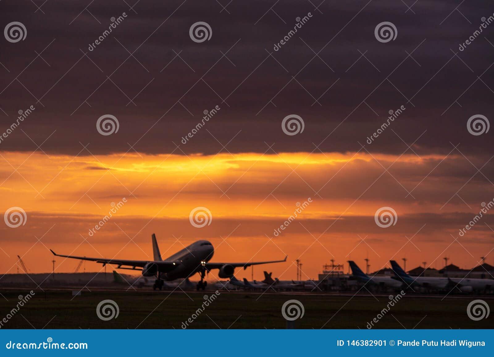 DENPASAR/BALI- 23 DE ABRIL DE 2019: Actividad del vuelo en el aeropuerto internacional de Ngurah Rai en Bali a donde el avión se