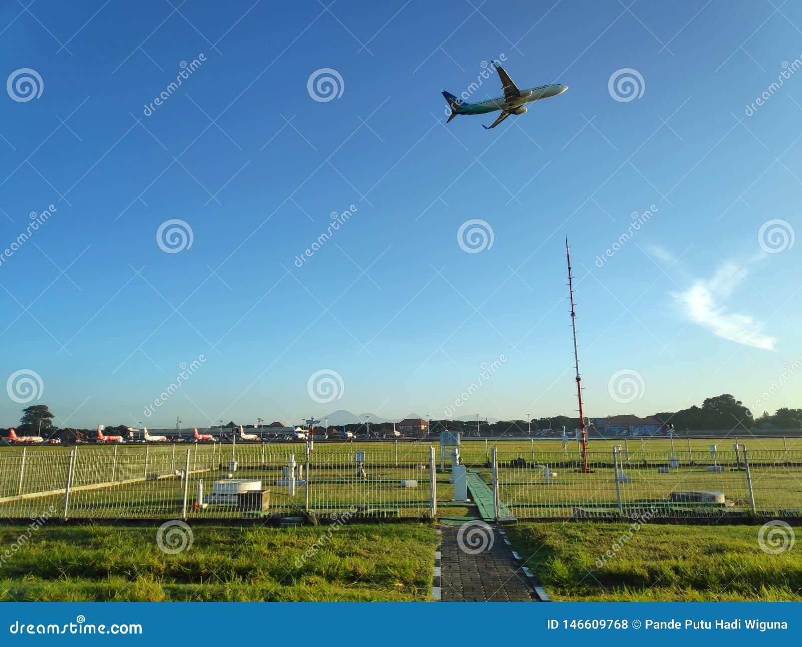 DENPASAR/BALI- 4 DE MAYO DE 2019: Campo de la meteorolog?a en el aeropuerto internacional de Ngurah Rai Bali en claramente el d?a