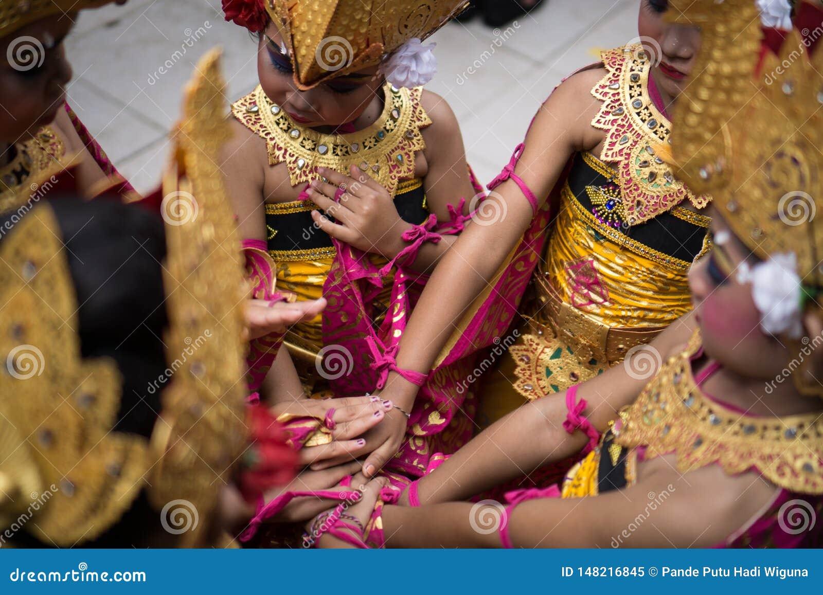 DENPASAR/BALI-DECEMBER 28 2018: drużyna żeńscy tancerze trzyma ręki wpólnie wzrastać dufność i entuzjazm