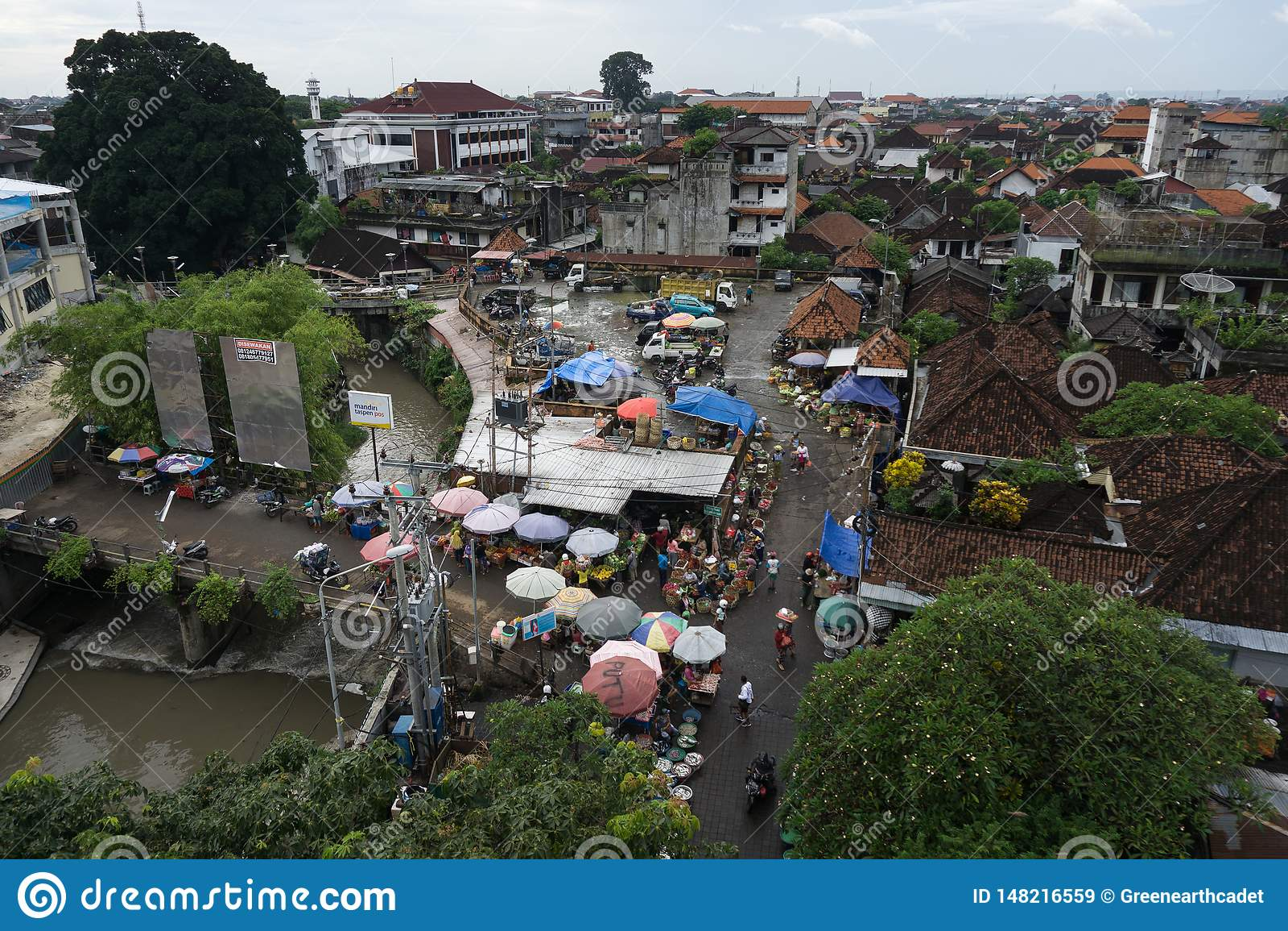 DENPASAR, BALI/INDONESIA- 16 DE JANEIRO DE 2018: a atmosfera do mercado do kumbasari da cidade de Denpasar que é adjacente encont