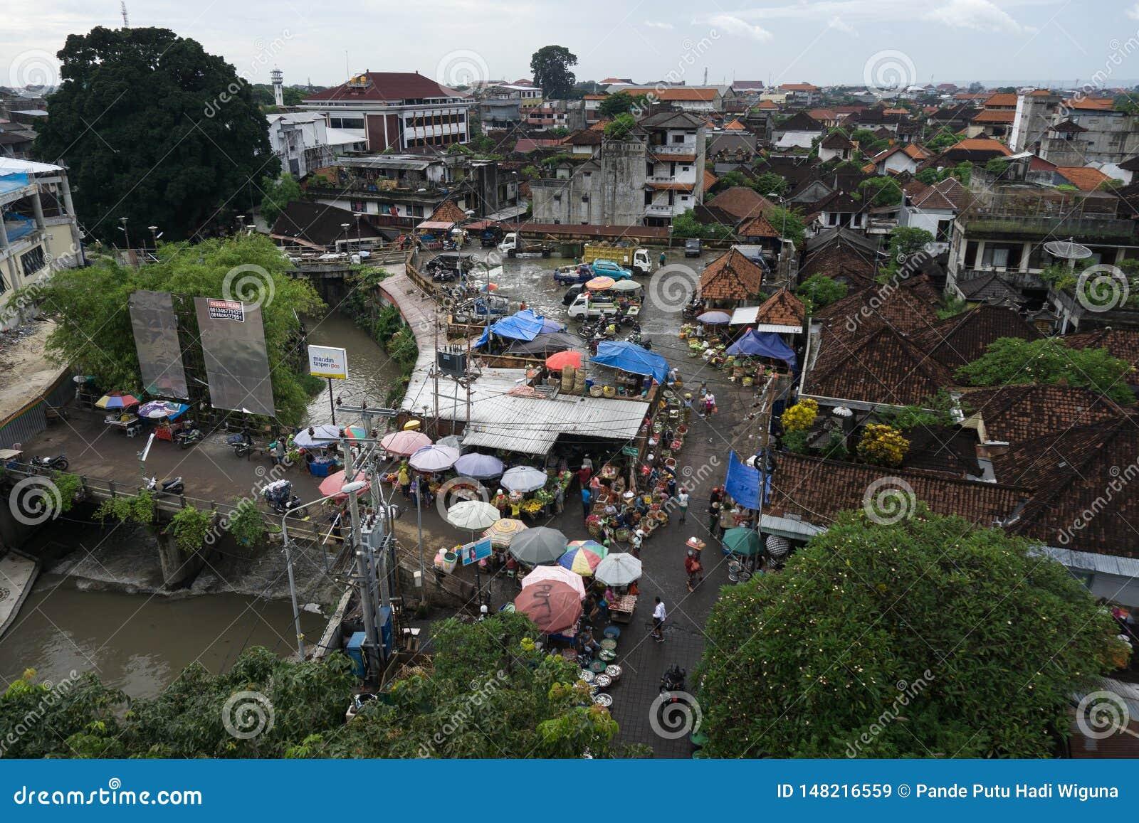 DENPASAR, BALI/INDONESIA- 16 GENNAIO 2018: l atmosfera del mercato di kumbasari della città di Denpasar che è adiacente individua