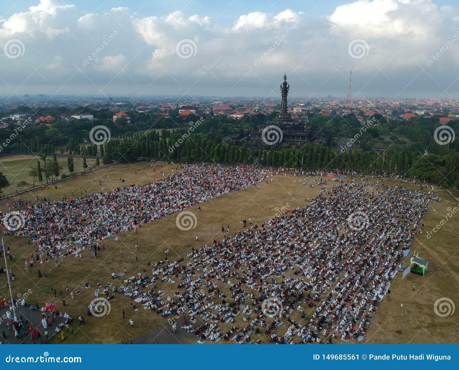 DENPASAR, 05 BALI/INDONESIA-JUNI 2019: De mening van de lucht van het Eid al-Fitr-gebed in 2019 bij het gebied van Puputan Renon