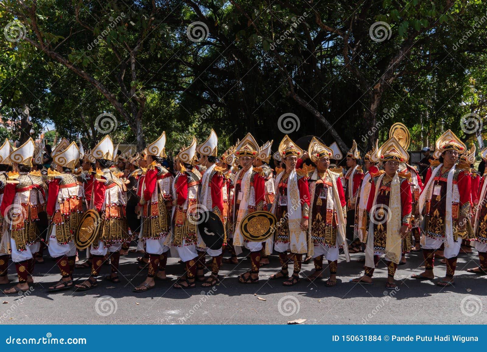 DENPASAR/BALI-JUNE 15 2019: Baris Gede tancerze uszeregowywają narządzanie dla przedstawienia przy ceremonią otwarcią Bali sztuki