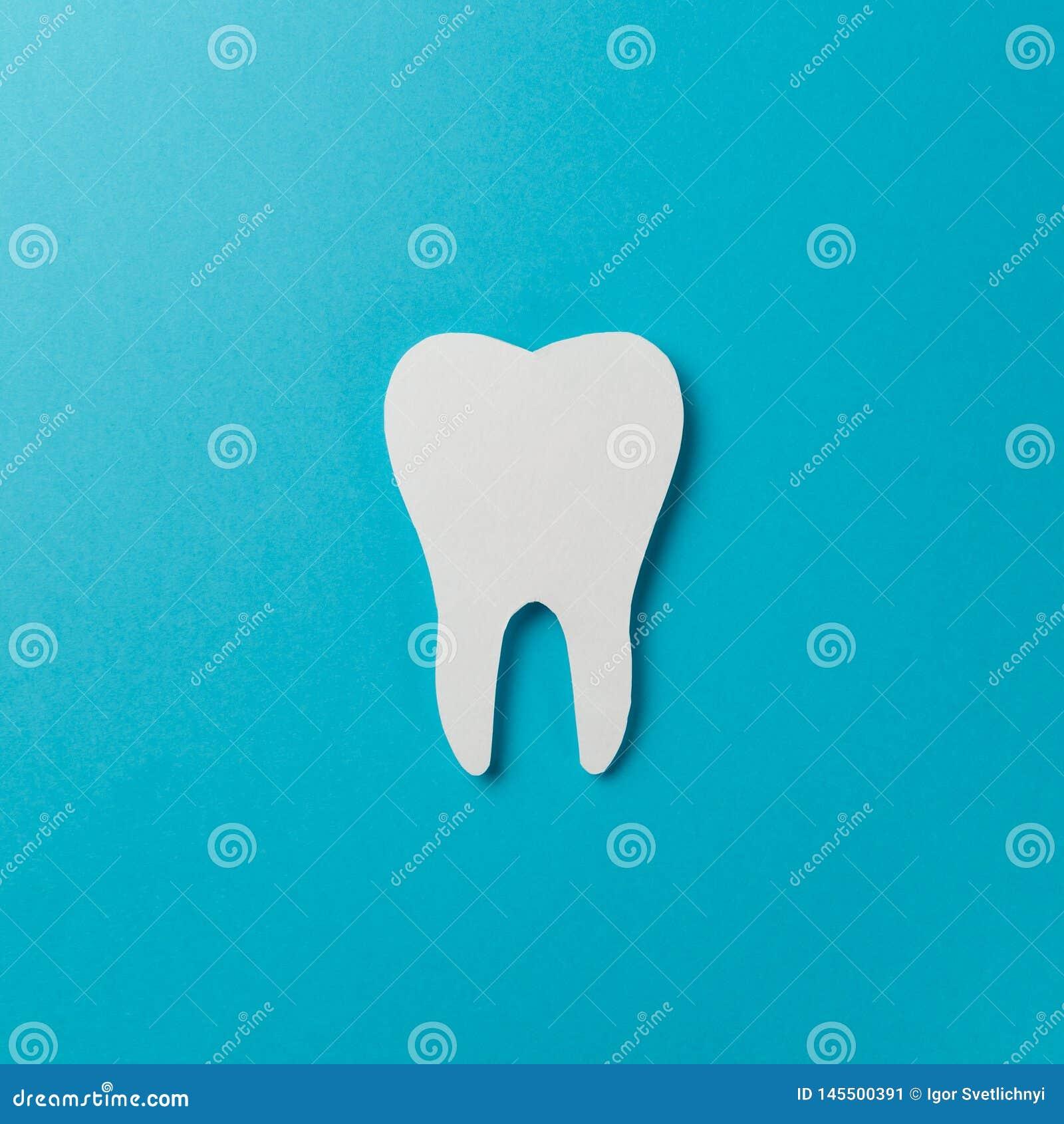 Dent blanche sur le fond bleu