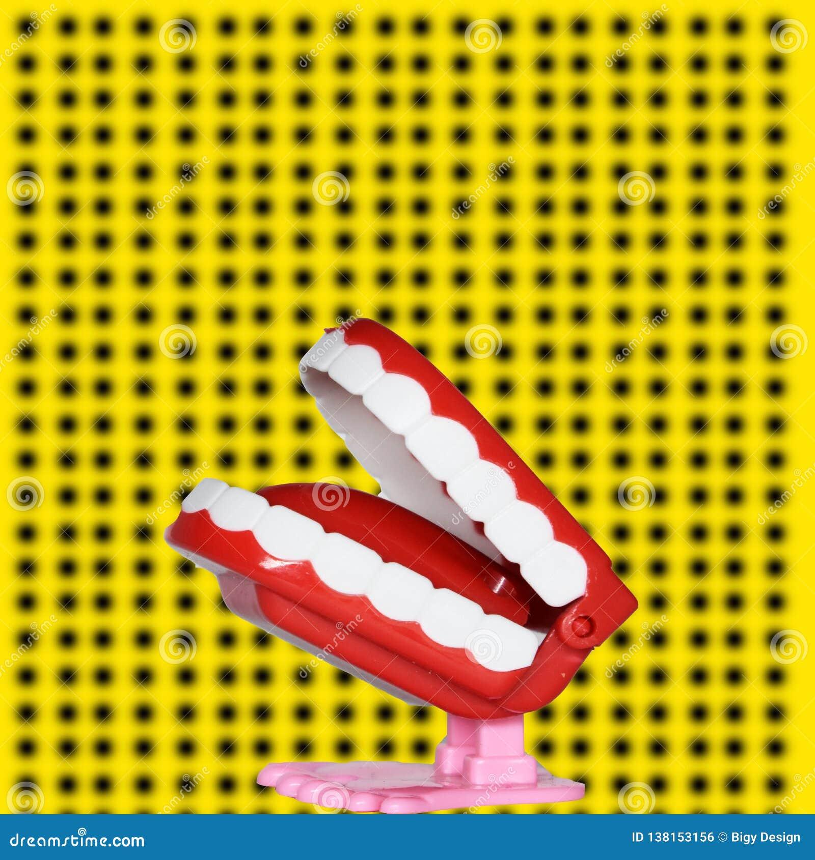 Dent drôle, morceau de gâteau, affiche et fonds jaunes