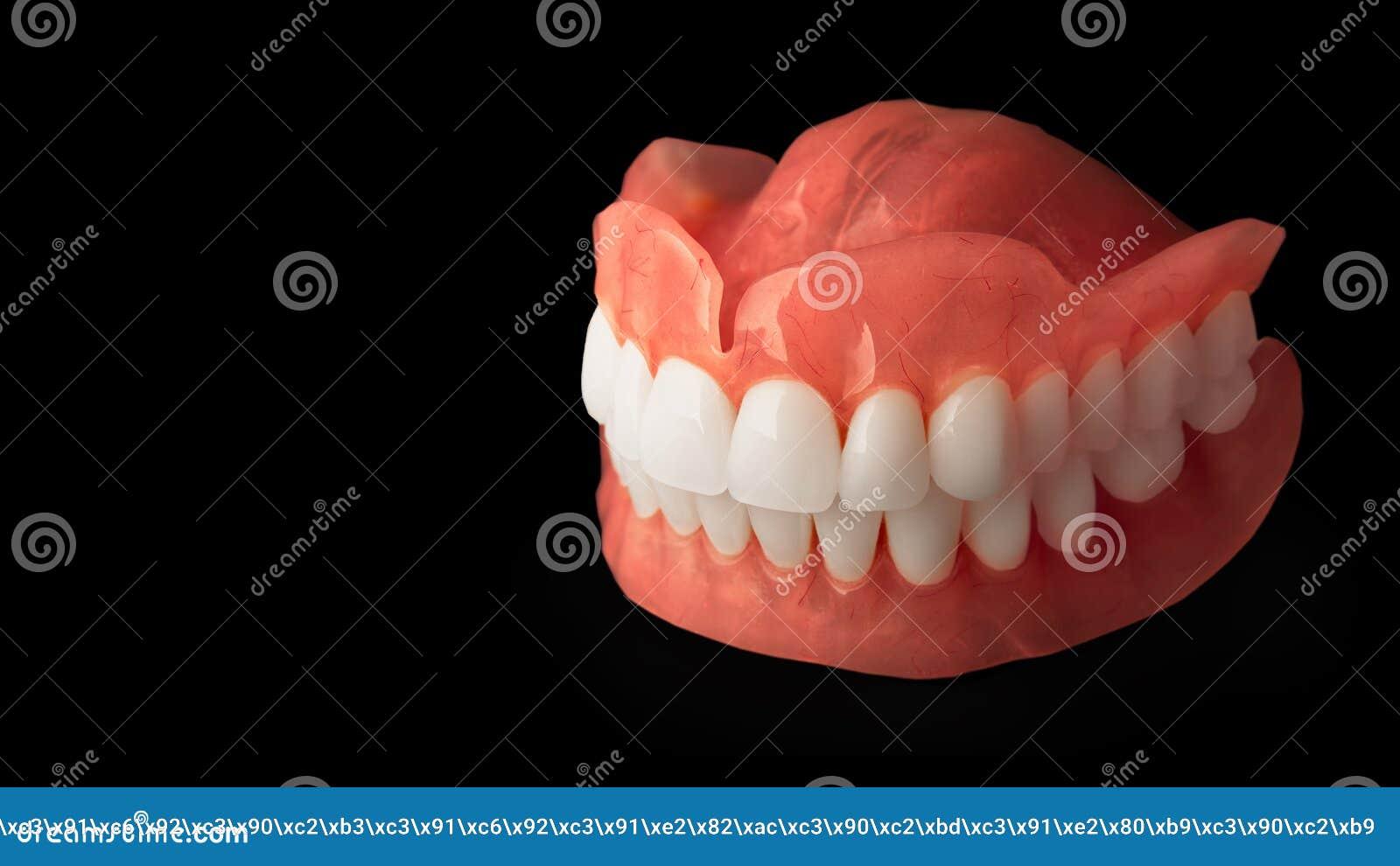 Dentaduras Isolado na prótese acrílica do fundo branco do huma