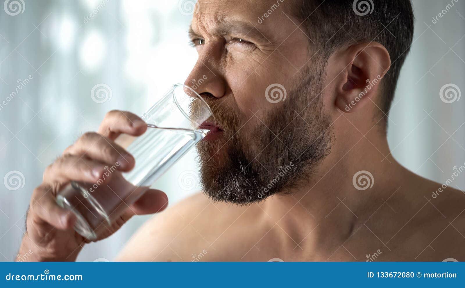 Dente de enxaguadela masculino com água, hipersensibilidade, dor dental afiada, gengivite