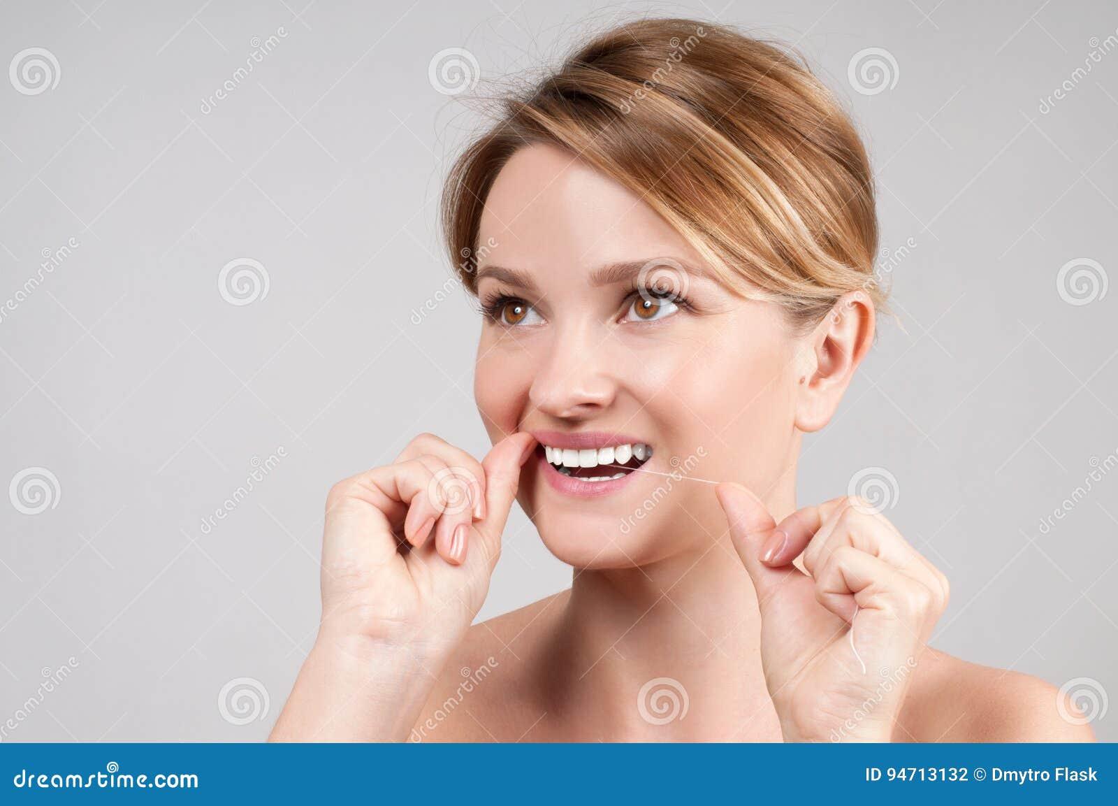 356b30d5a Dentes Bonitos Da Limpeza Da Mulher Com Fio Dental Foto de Stock ...