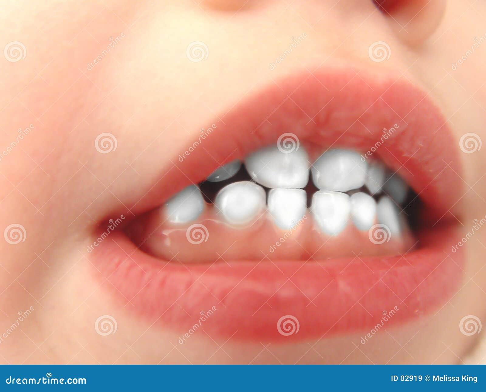 Dentes brancos pequenos
