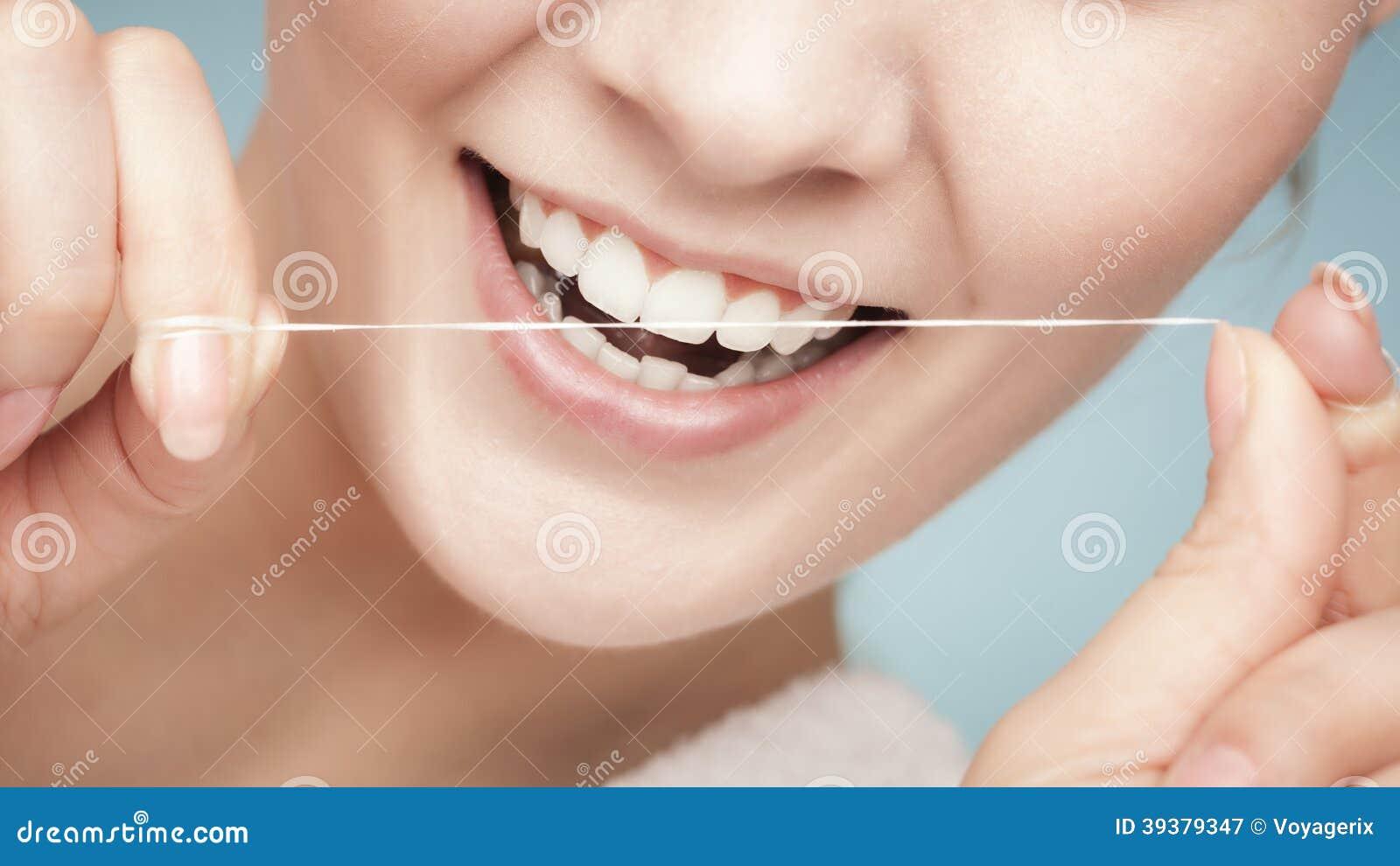 2889643fa Dentes Da Limpeza Da Menina Com Fio Dental. Cuidados Médicos Imagem ...