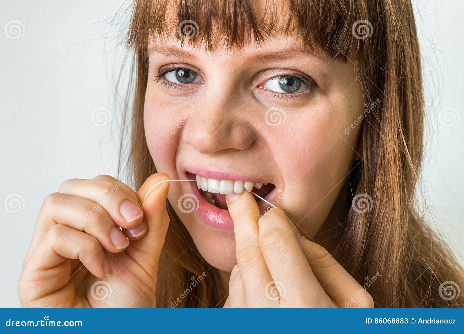6711c5fc2 Dentes Da Limpeza Da Mulher Com Fio Dental Imagem de Stock - Imagem ...
