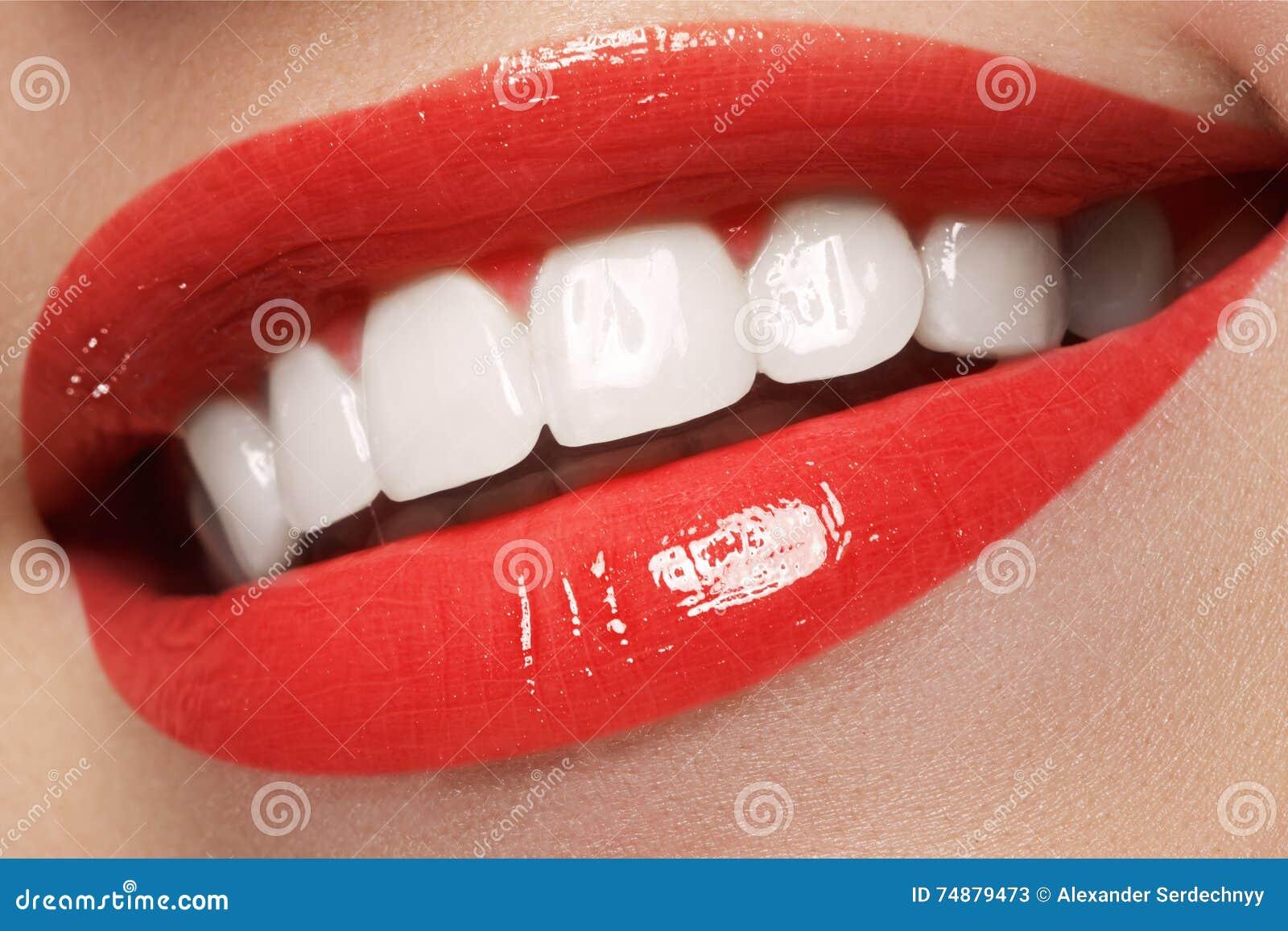 Dentes da mulher antes e depois do alvejante