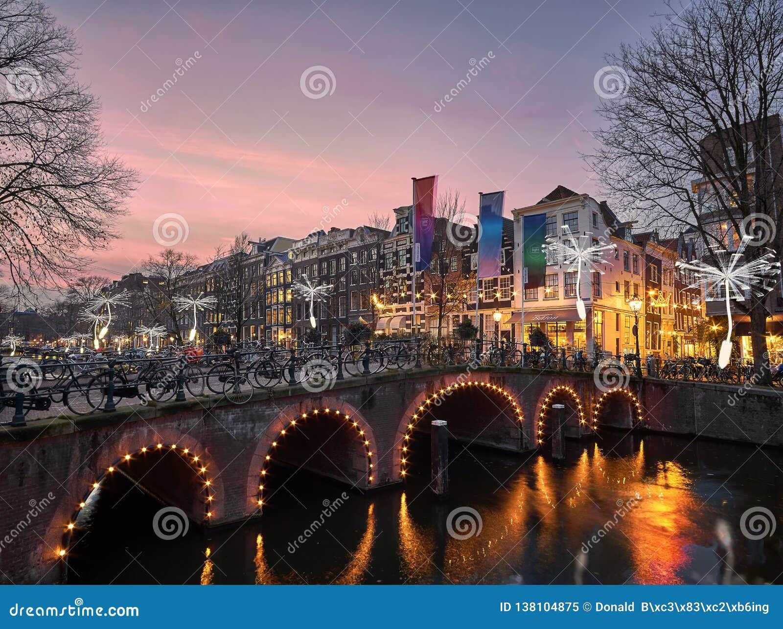 Dentes-de-leão do festival da luz de Amsterdão que flutuam no Herengracht