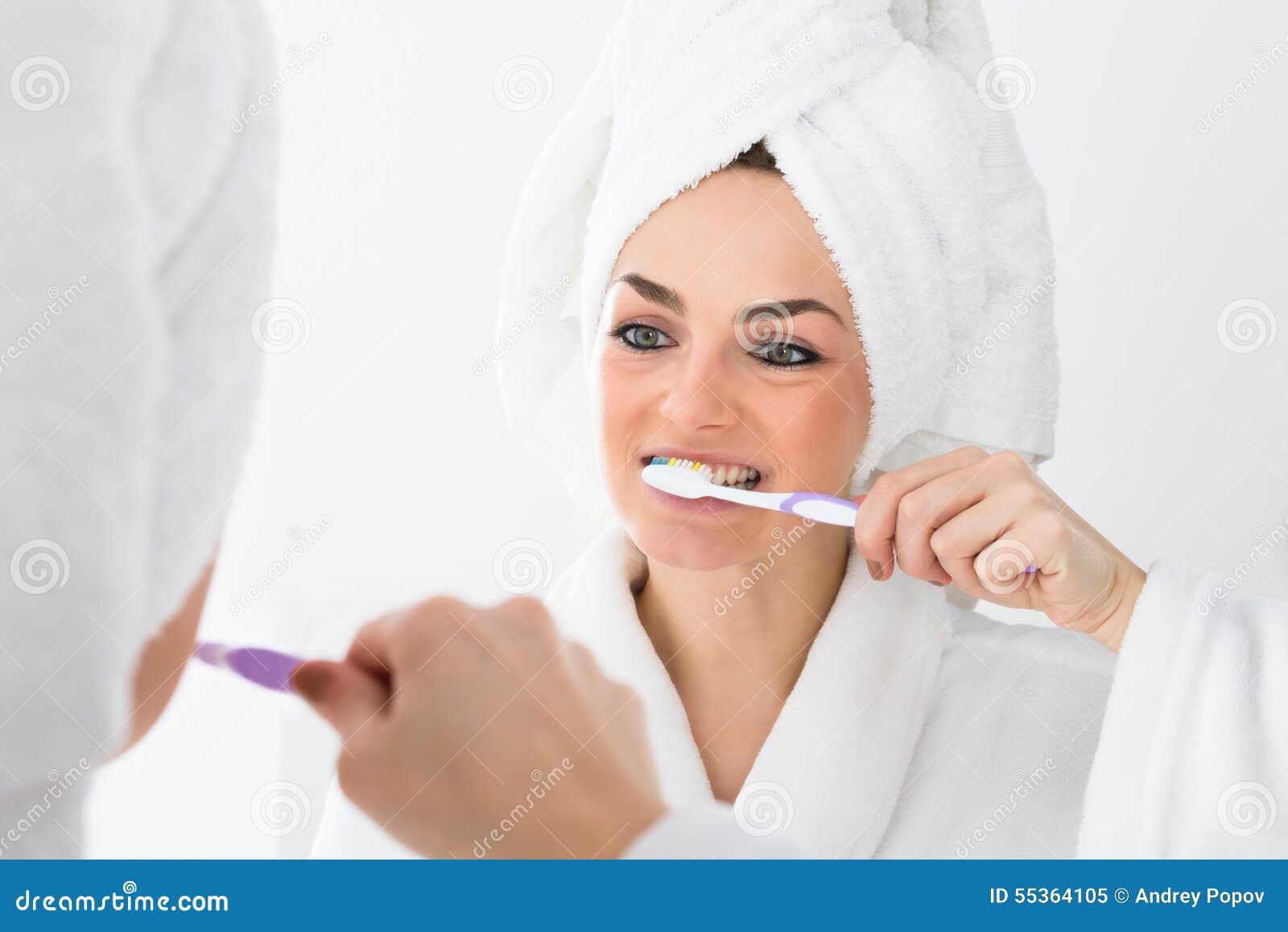 Denti di spazzolatura della donna