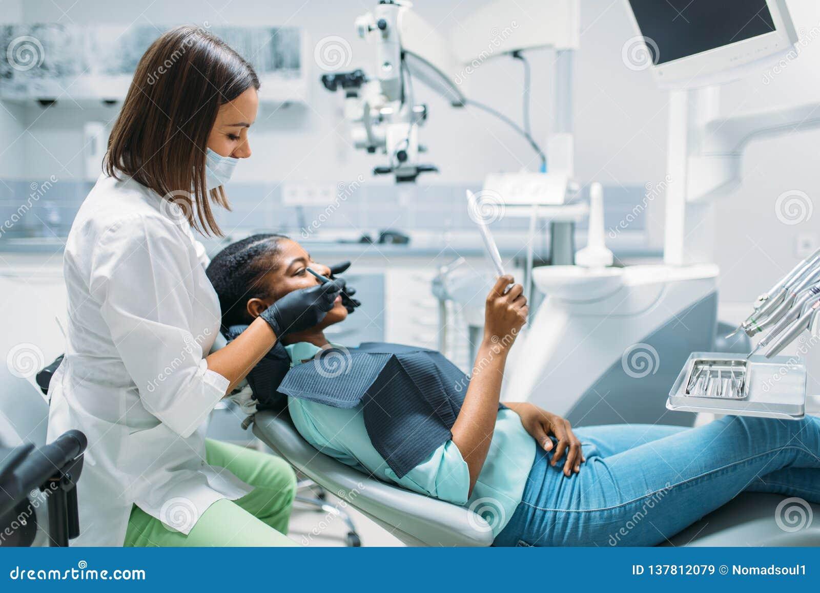 Dentista che cerca la carie, clinica dentaria