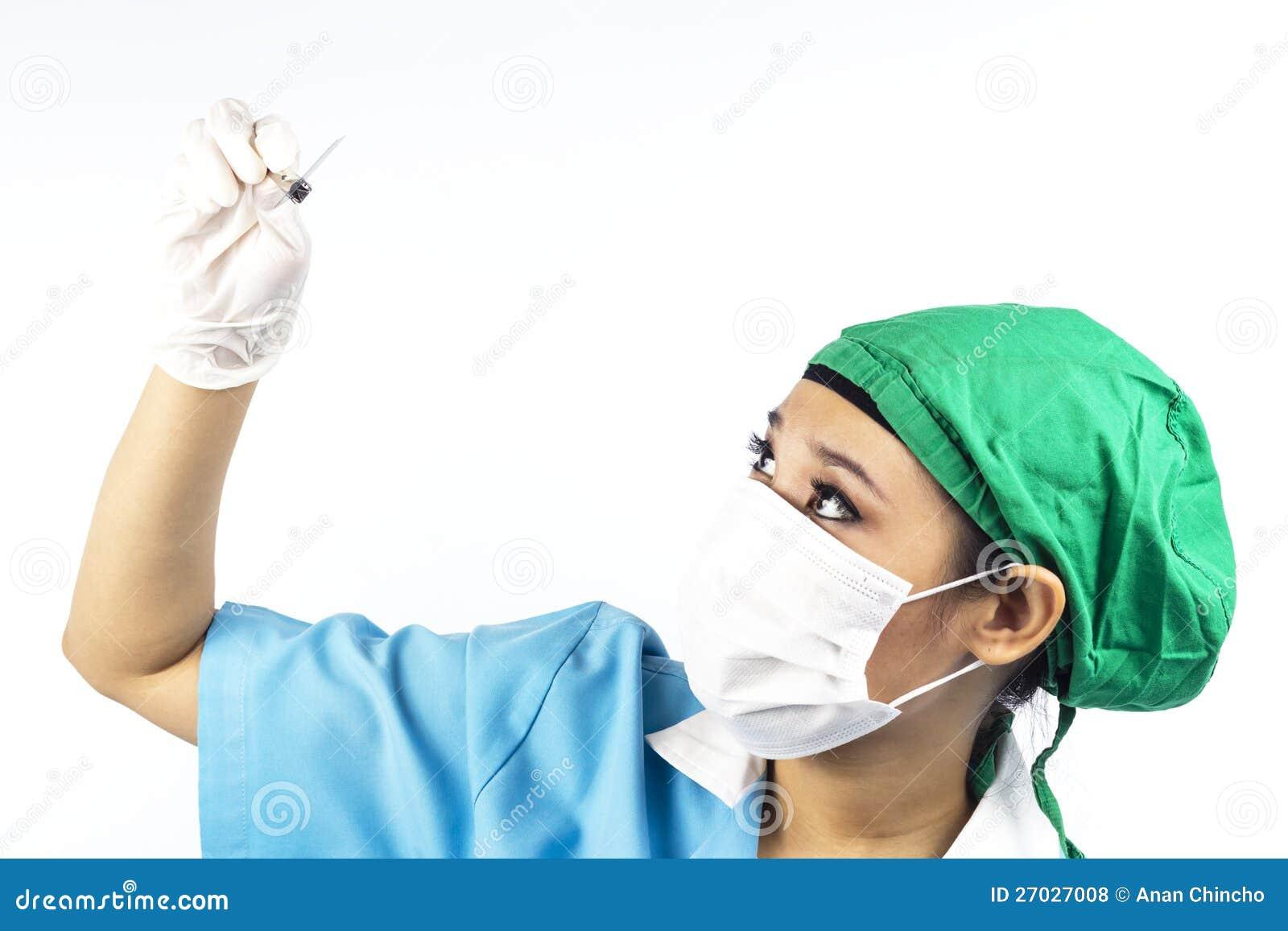 Dentista che esamina la pellicola di raggi X dentale.