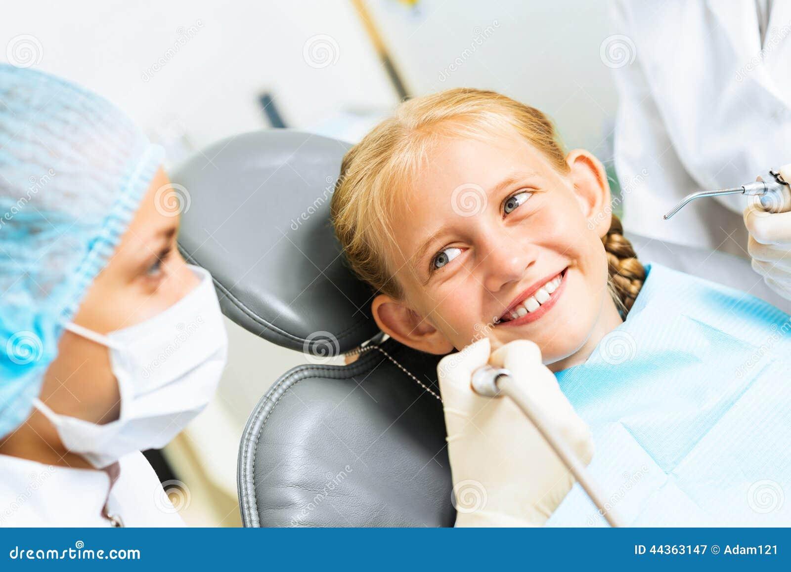 Dentista che ispeziona paziente