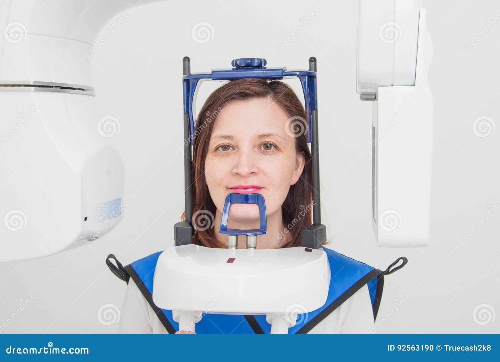 Dentista che prende ai raggi x digitali panoramici dei denti dei pazienti