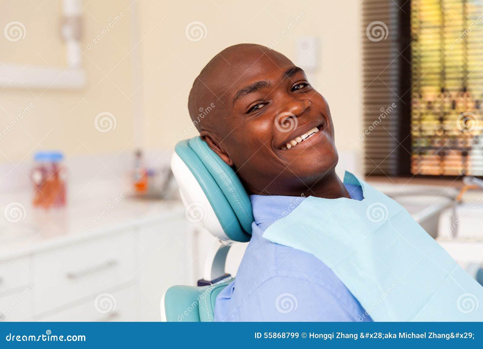 Dentista de visita do homem africano