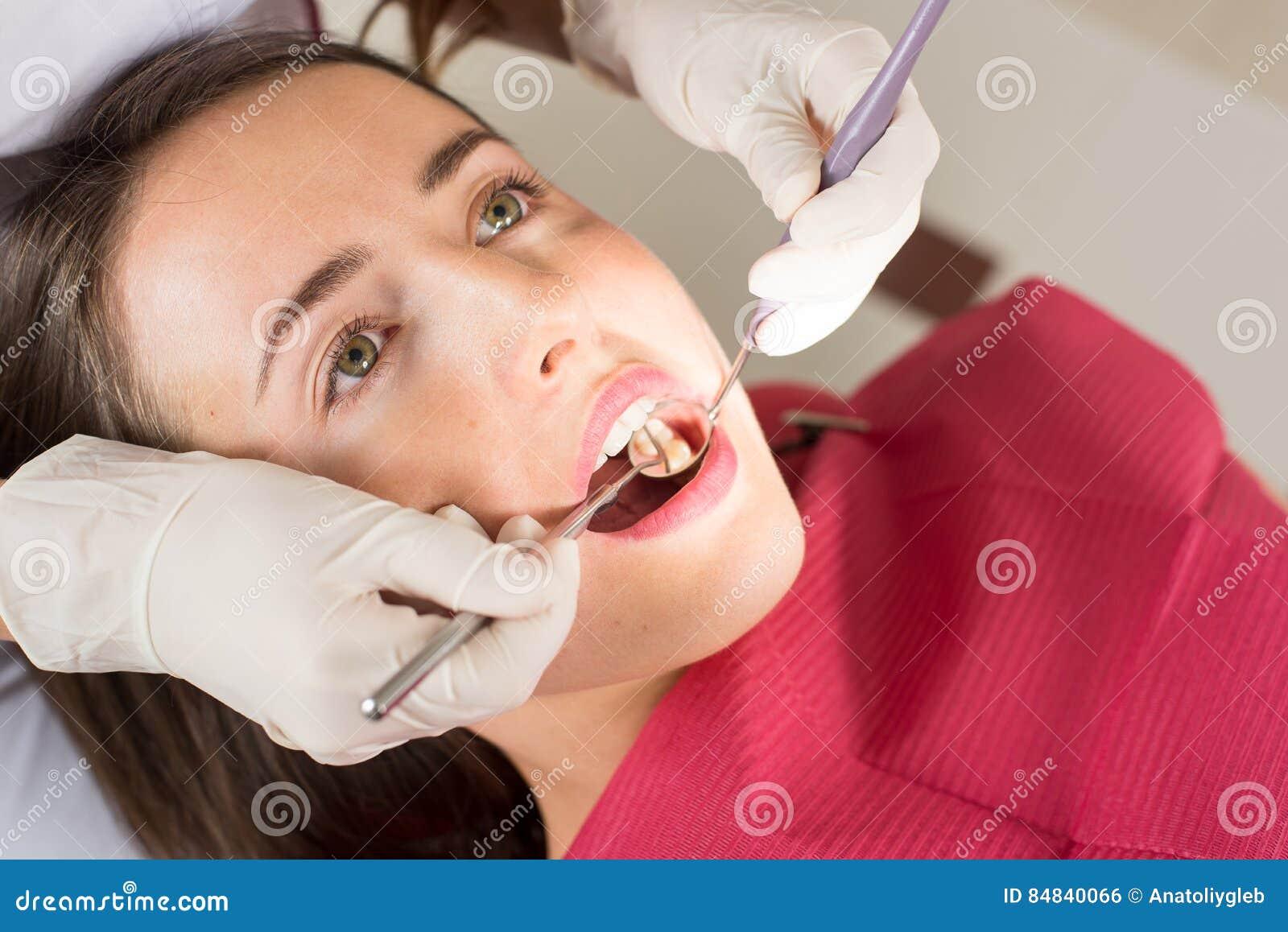 Dentista denti pazienti d esame del ` una s della femmina nell ufficio del dentista