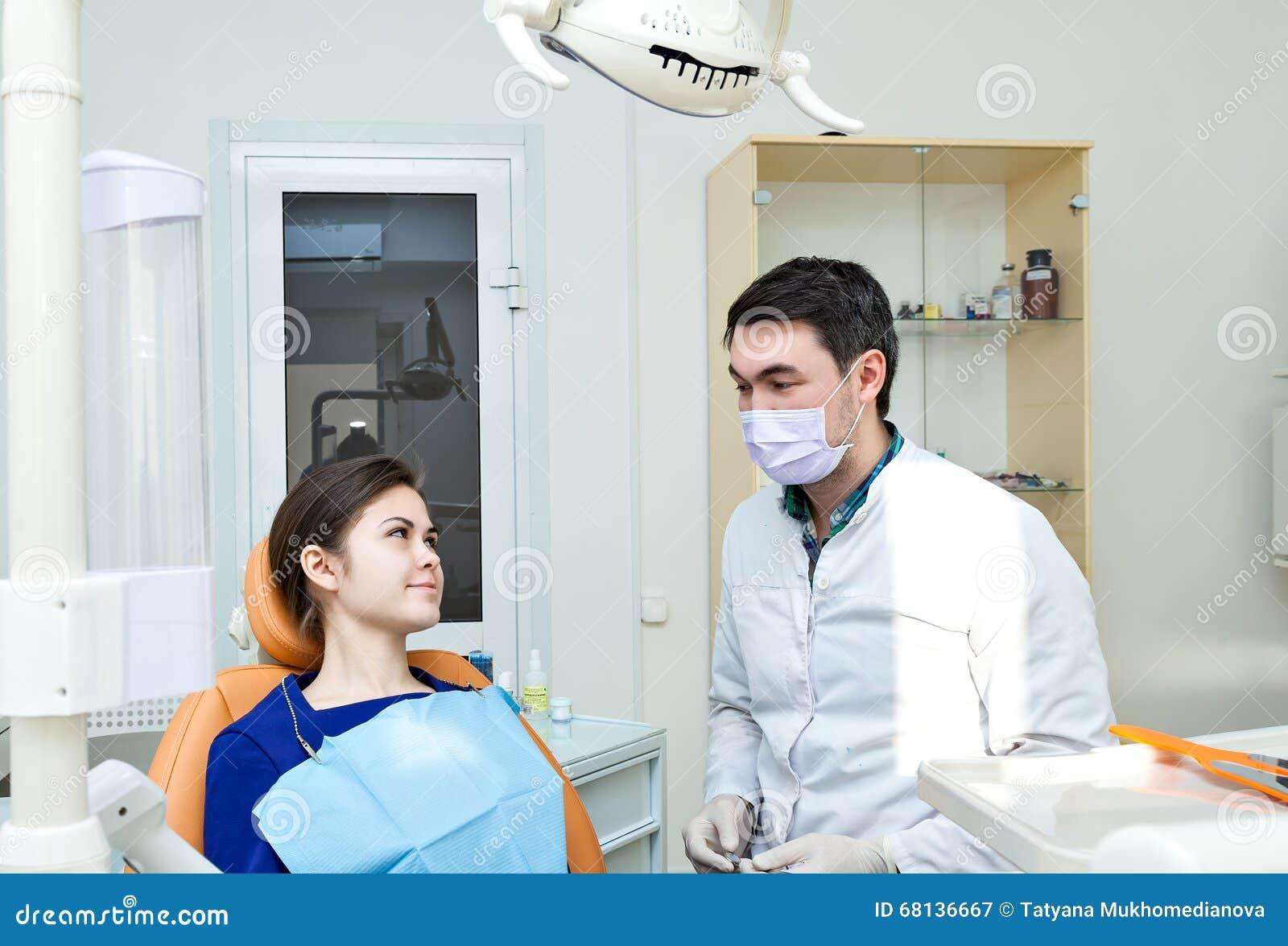 Dentista en una cl nica dental la muchacha en la recepci n for Clinica dental el escorial