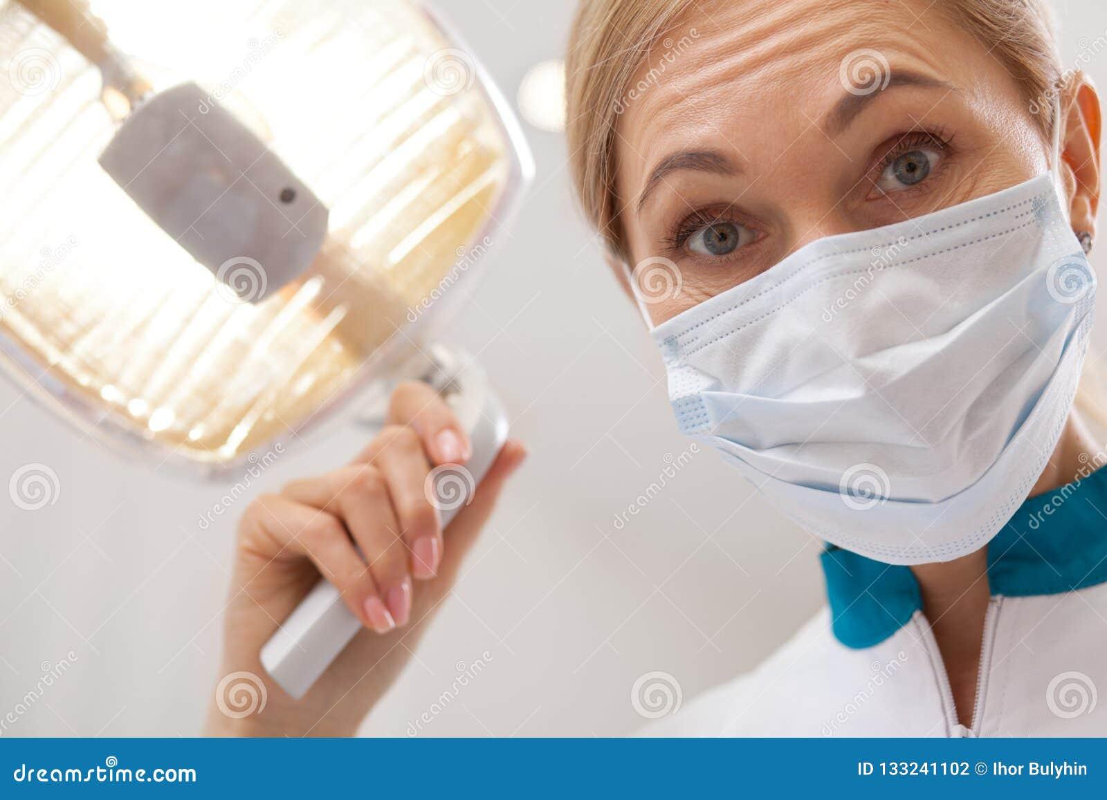 Dentista profissional que trabalha em sua clínica dental