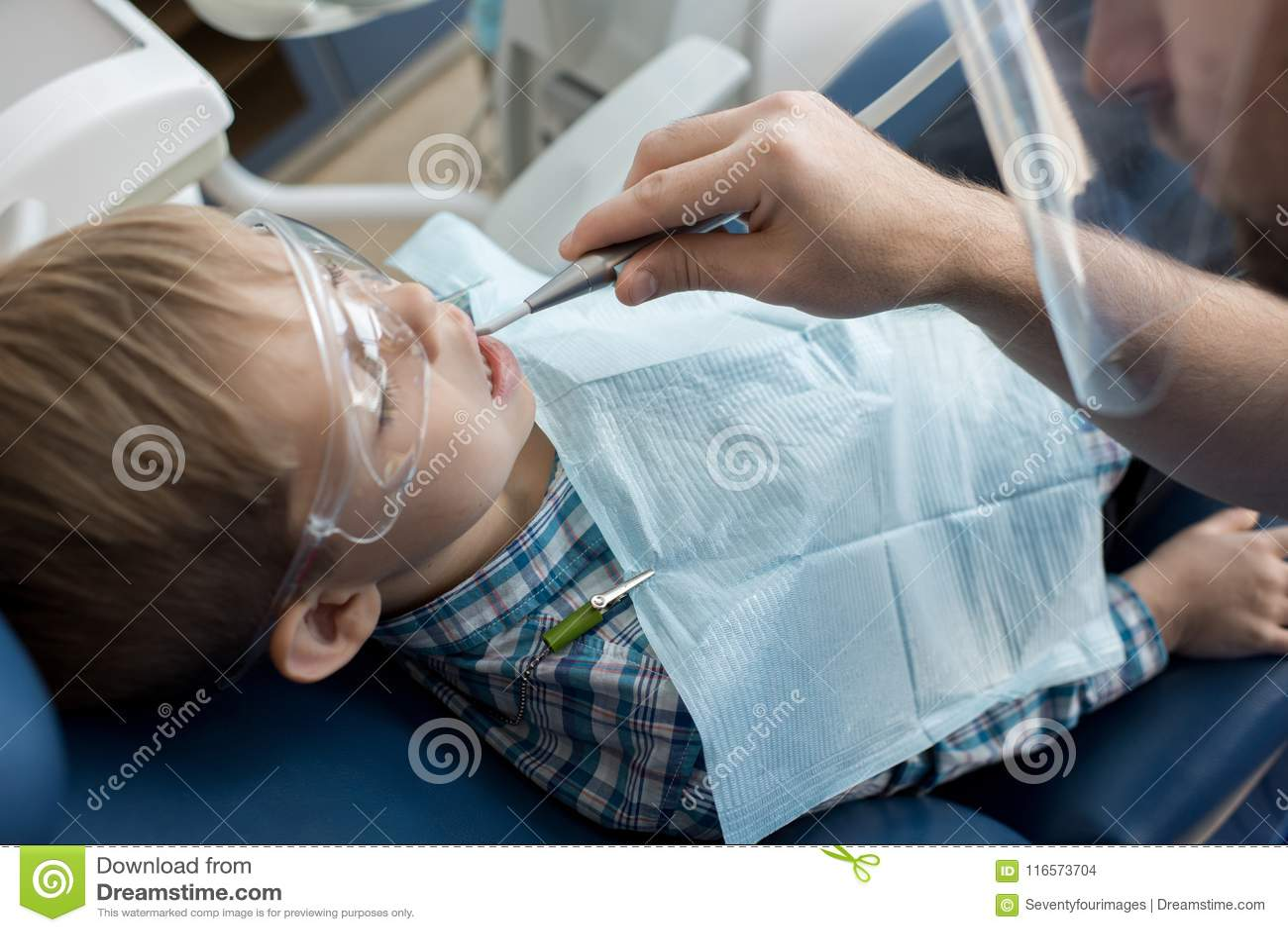 Dentista que trabalha com criança