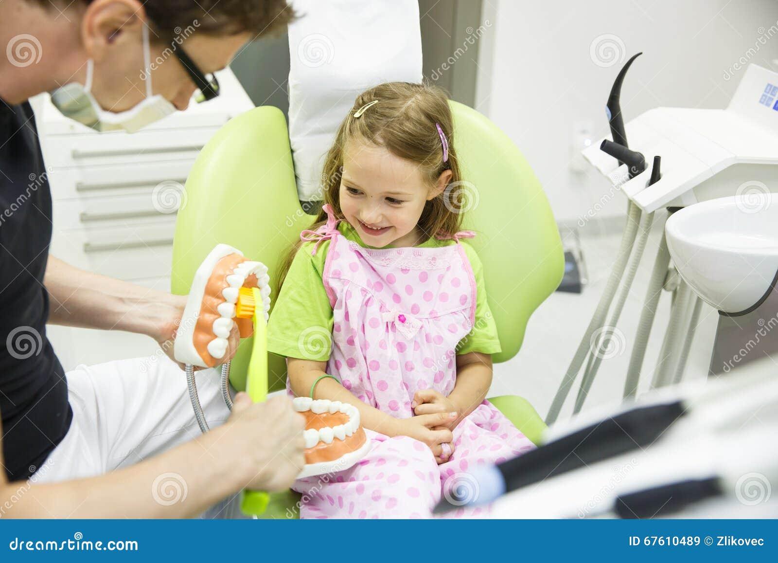 Dentiste balayant un modèle dentaire