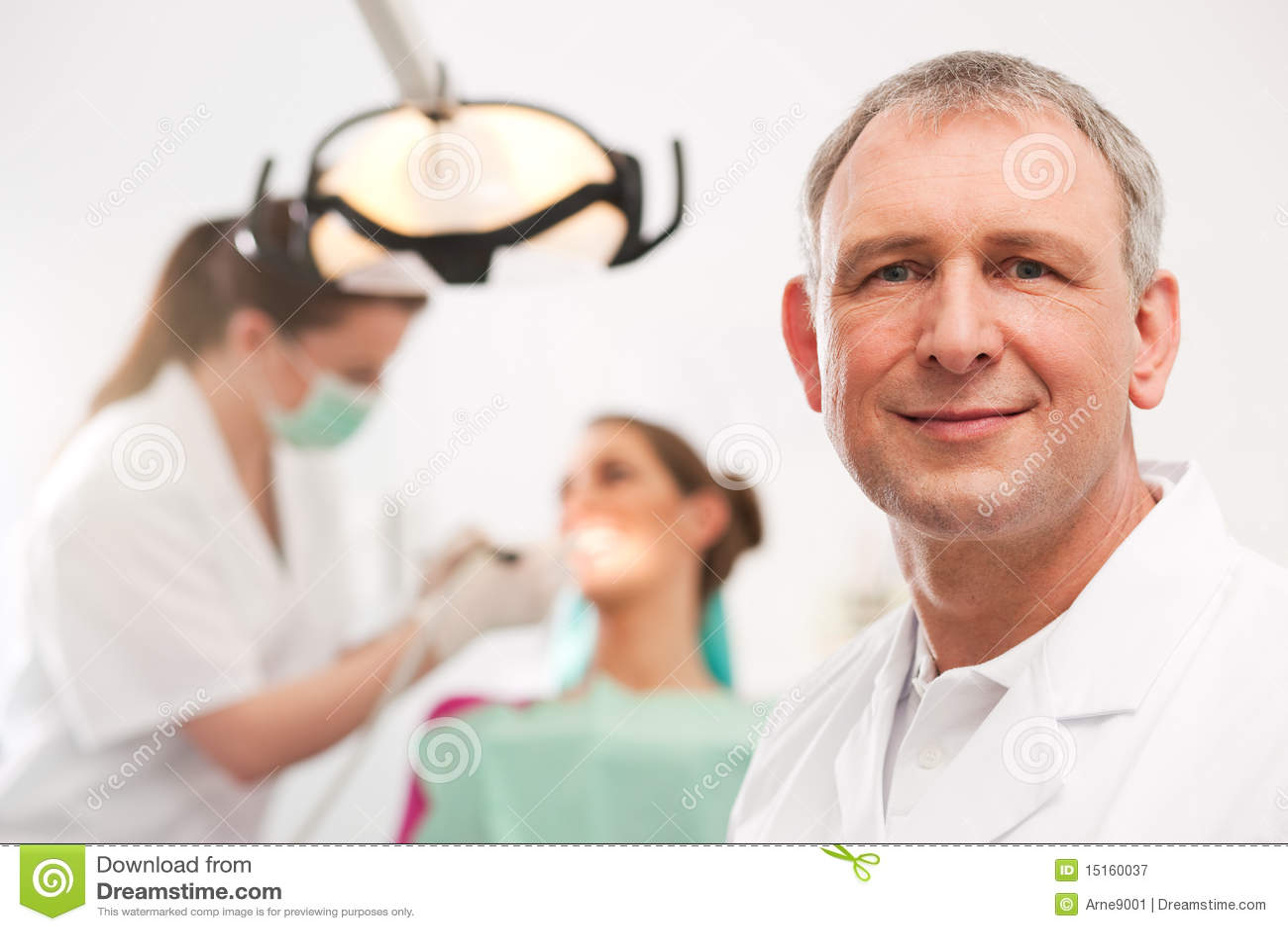 Dentiste dans sa chirurgie