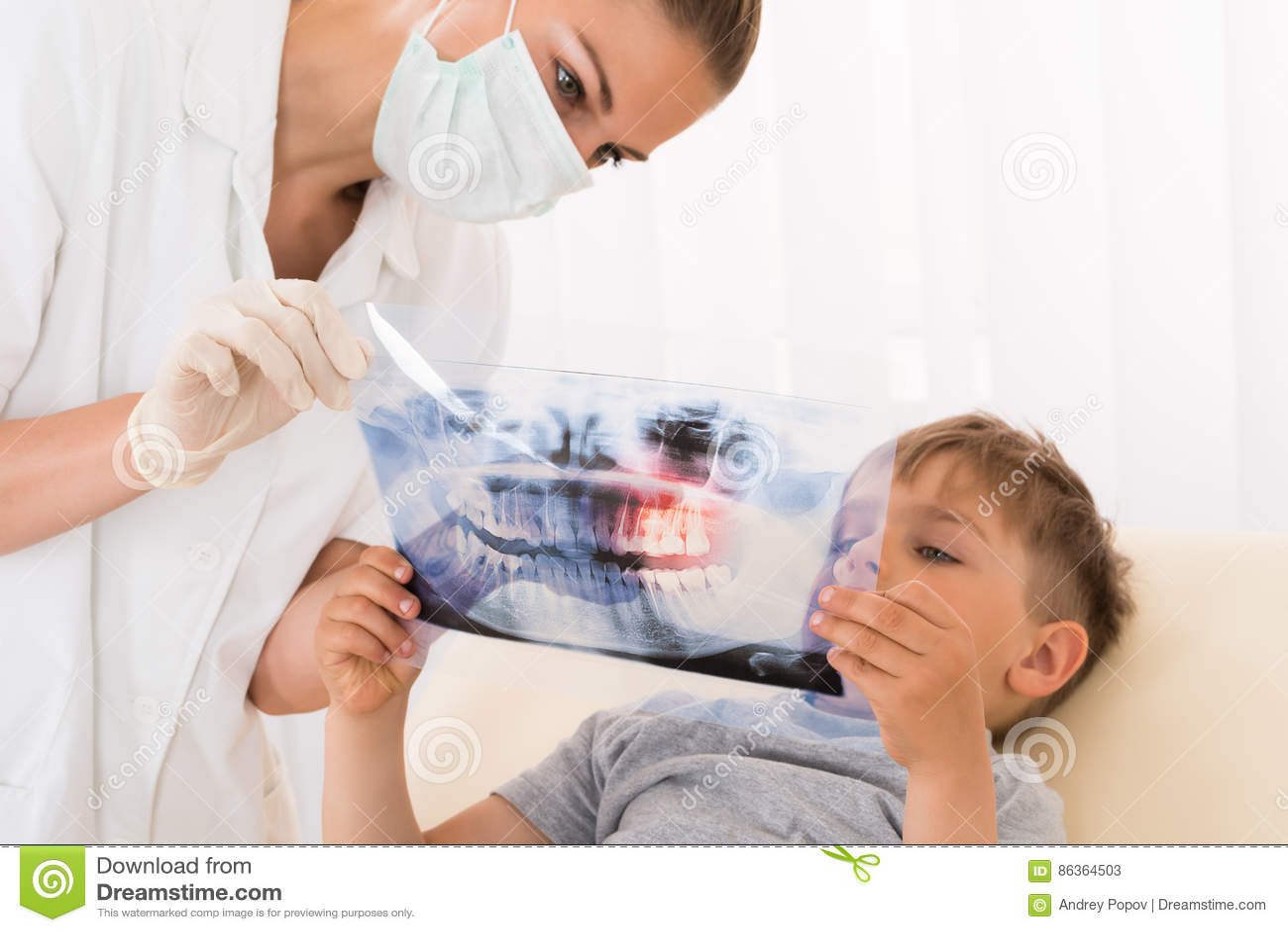 Dentiste Showing Teeth Xray au patient d enfant