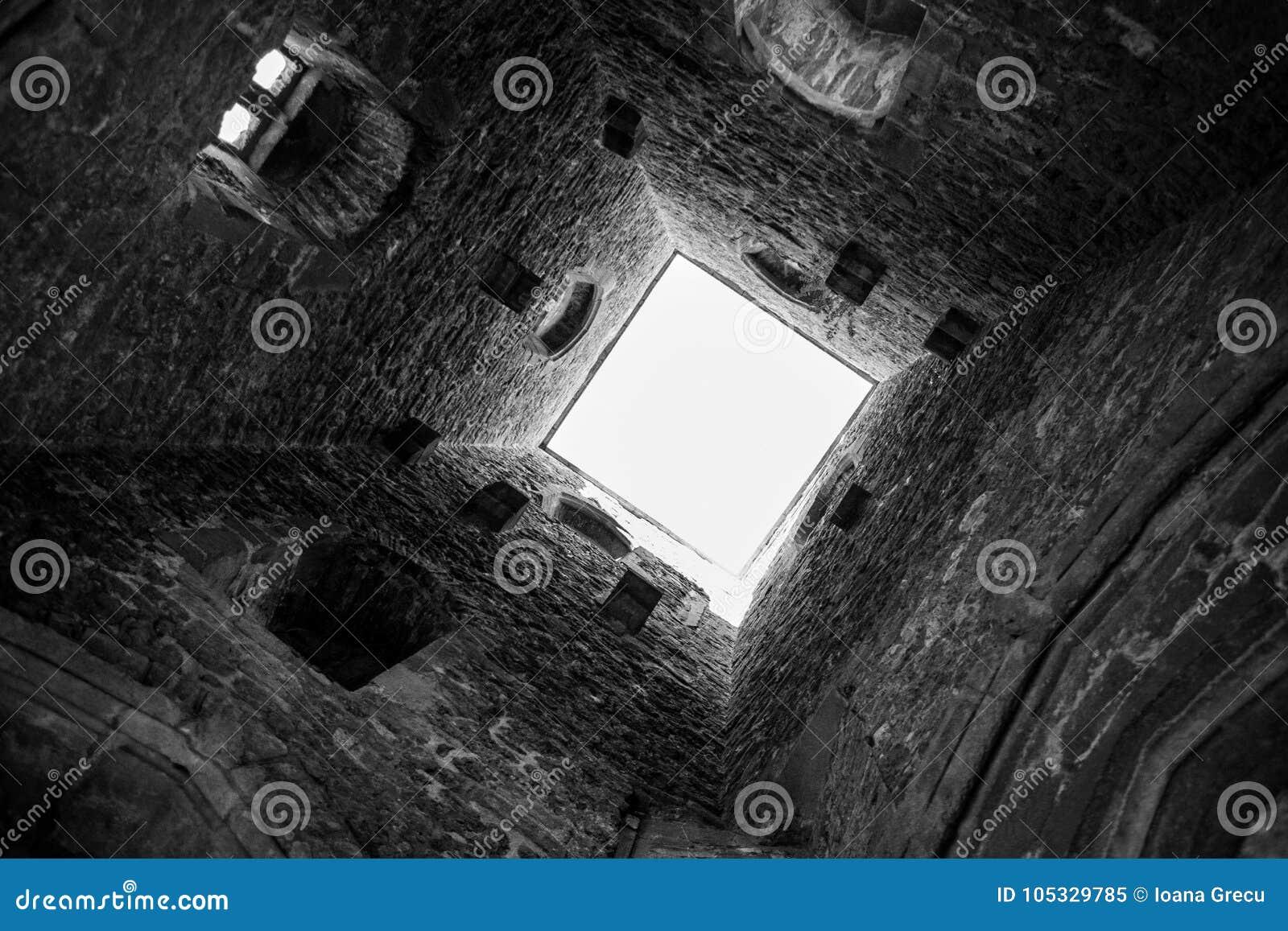 Dentro da torre do Tor de Glastonbury no monte de Glastonbury