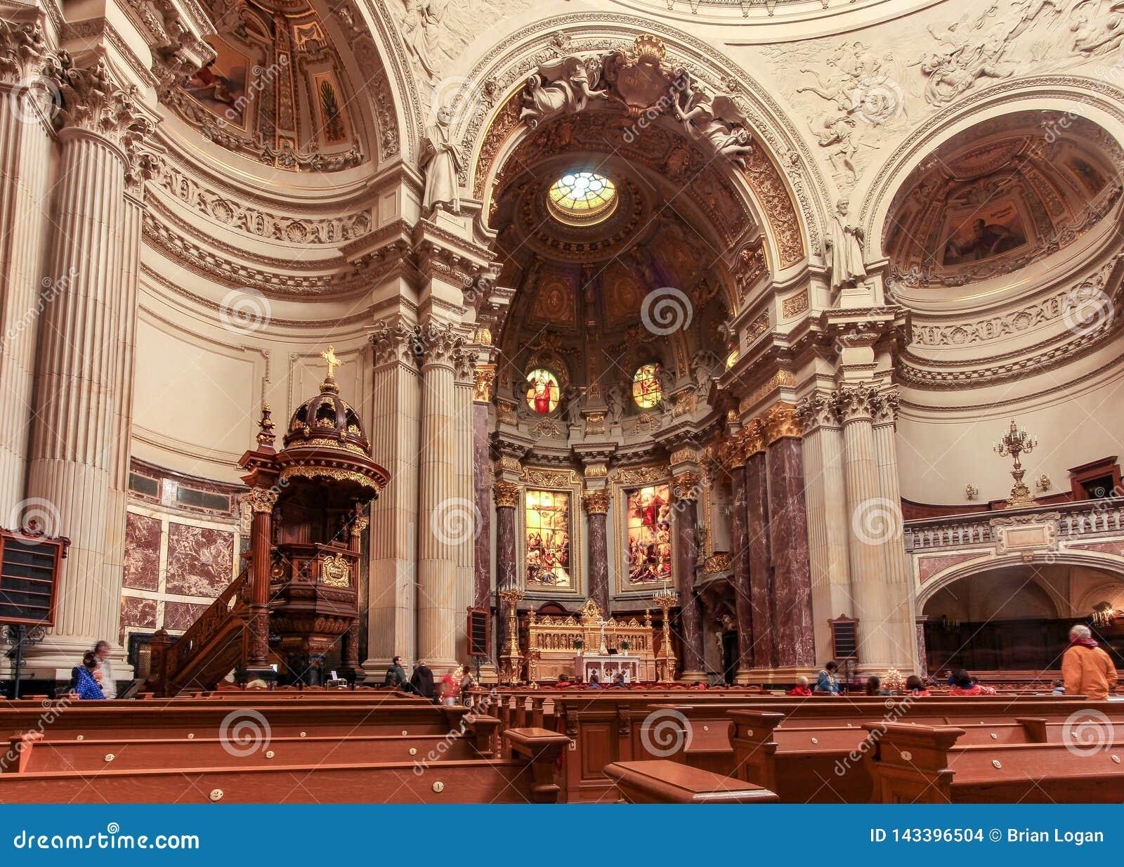 Dentro de Dom Berliner, catedral de Berlin's situada en la isla de museo