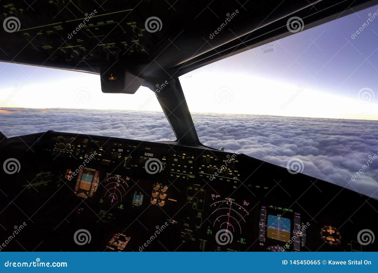 Dentro de la carlinga del avión sobre el cielo