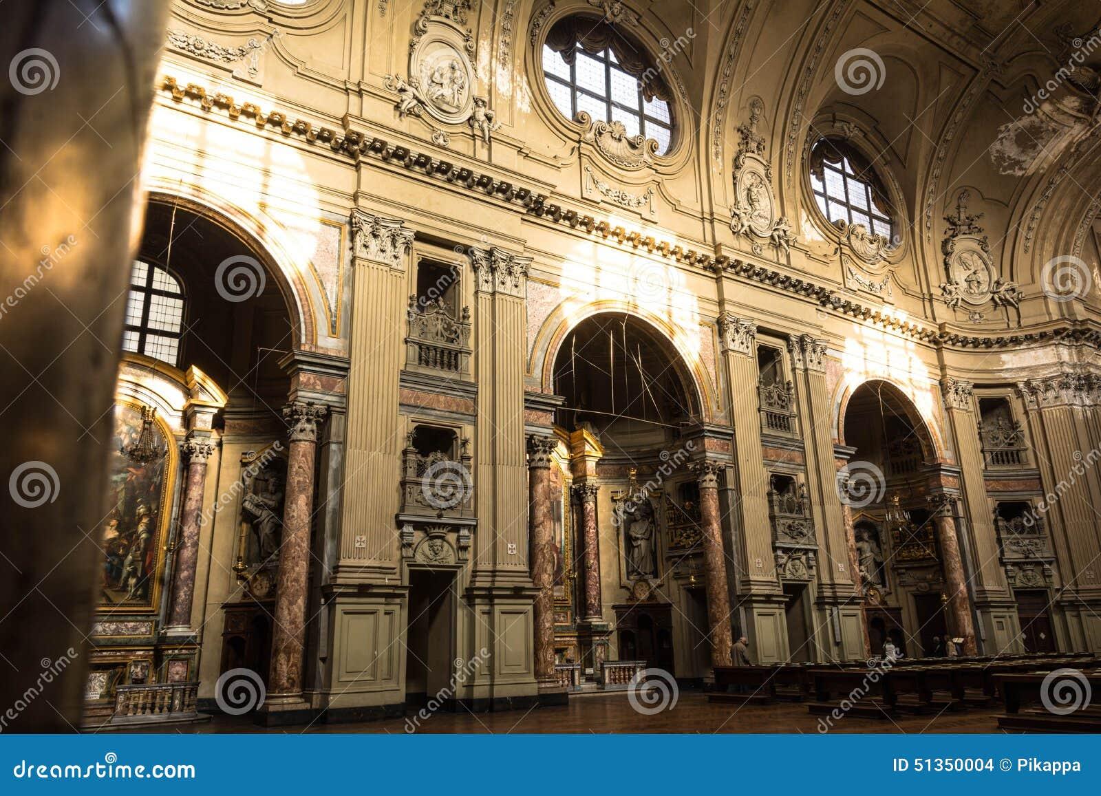 Dentro de la iglesia de San Filippo Neri en Turín, Italia