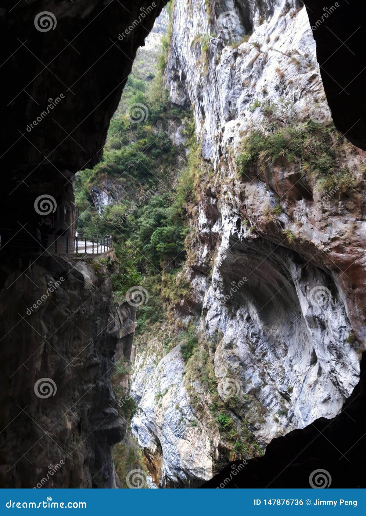 Dentro de la montaña del mármol de la isla de Formosa - gruta del trago de Taroko