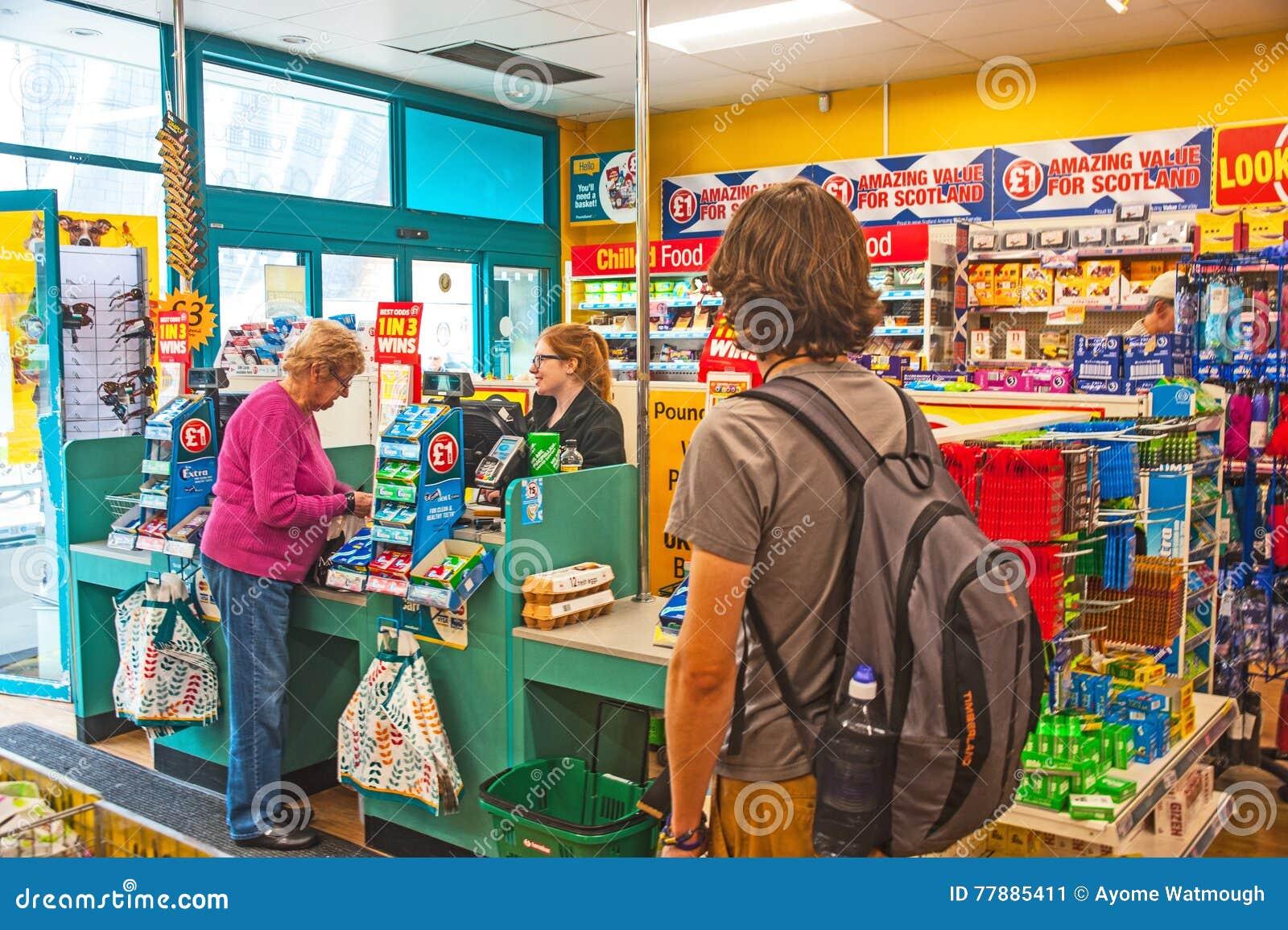 Dentro De La Tienda De Poundland Foto editorial