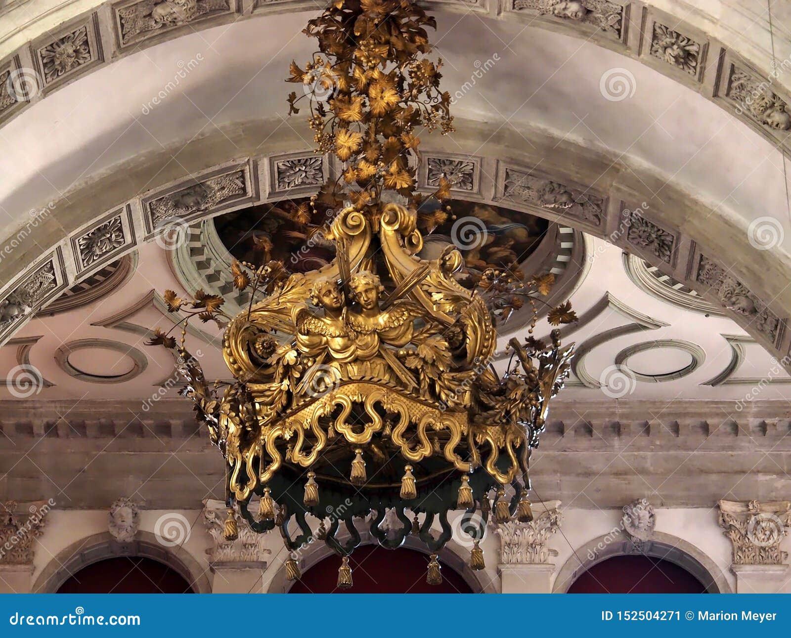 Dentro de Santa Maria della Salute, de la catedral de Venecia con las esculturas y los detalles