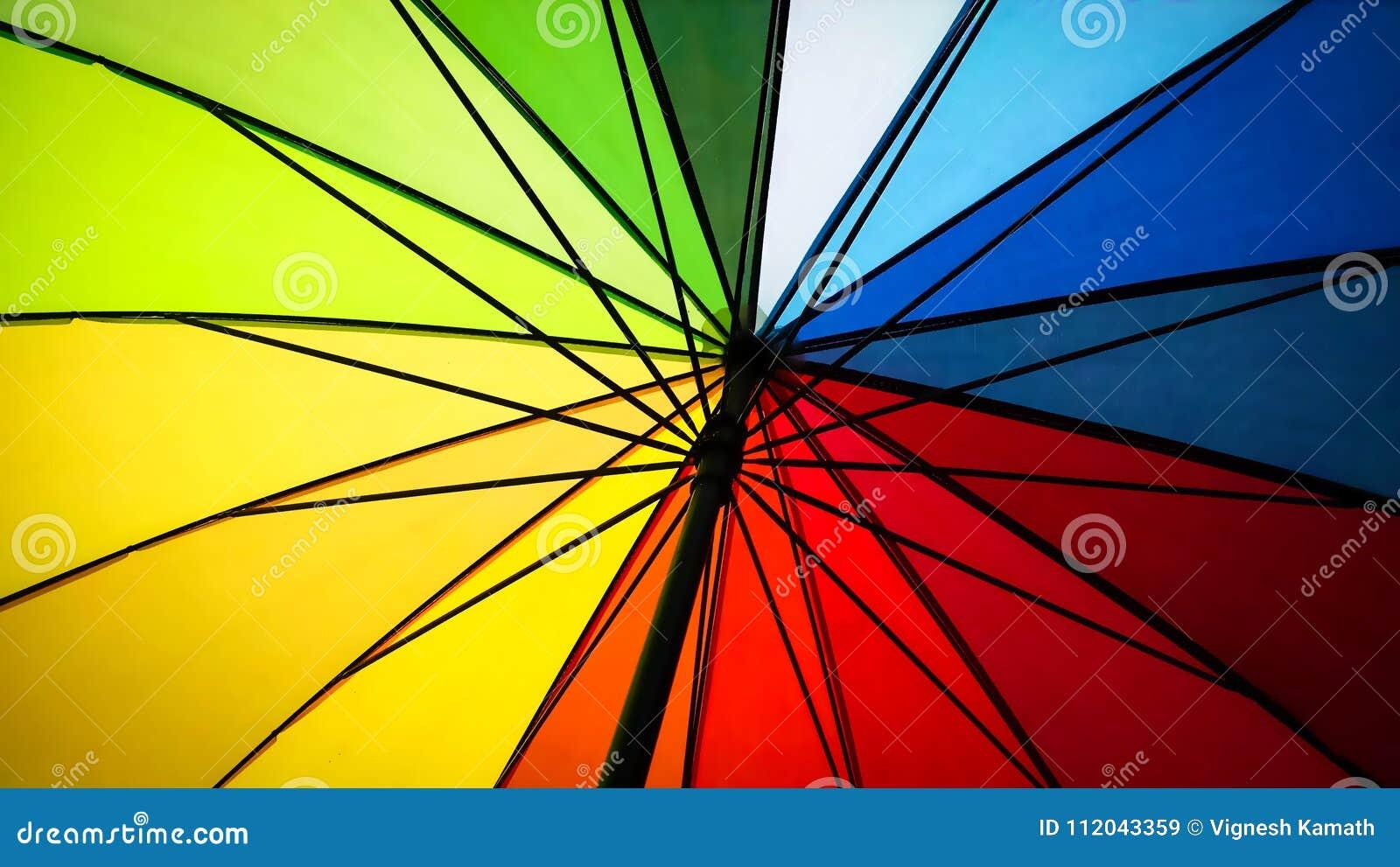 Dentro de um guarda-chuva colorido arco-íris