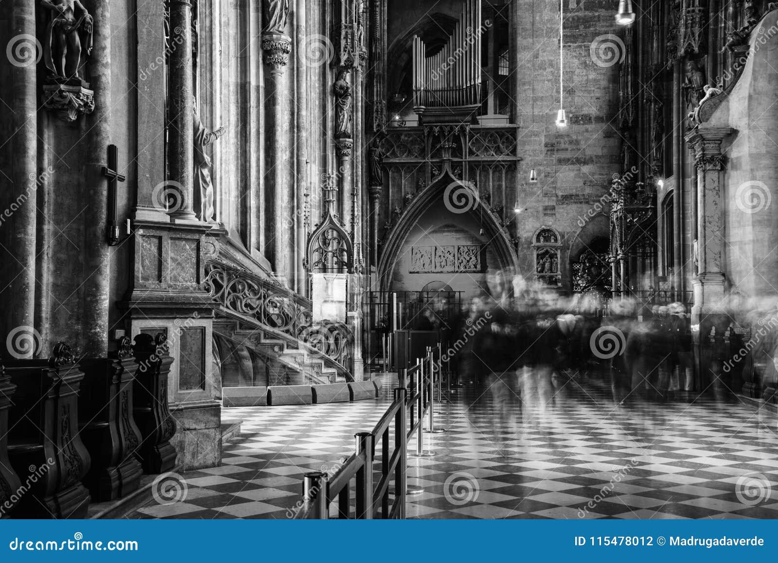 Dentro de um St Stephen Cathedral com a decoração bonita em Viena, Áustria Rebecca 36