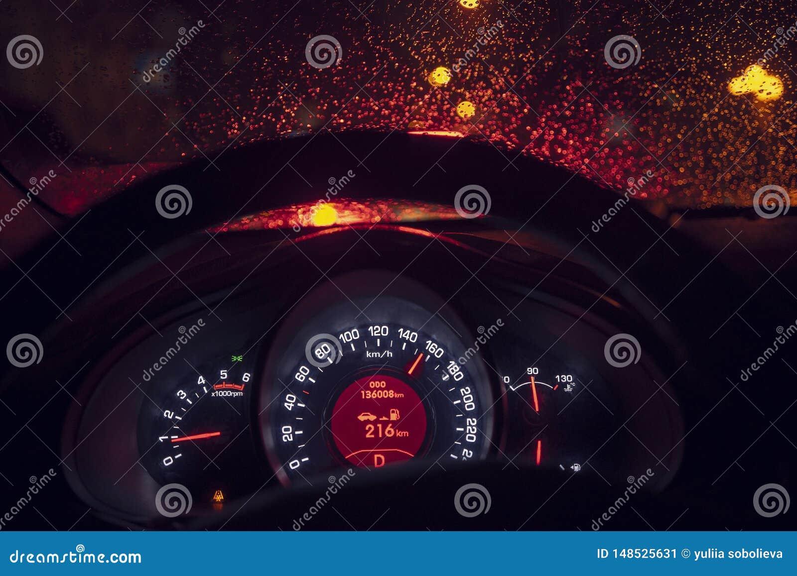 Dentro de um t?xi que conduz atrav?s da cidade na noite