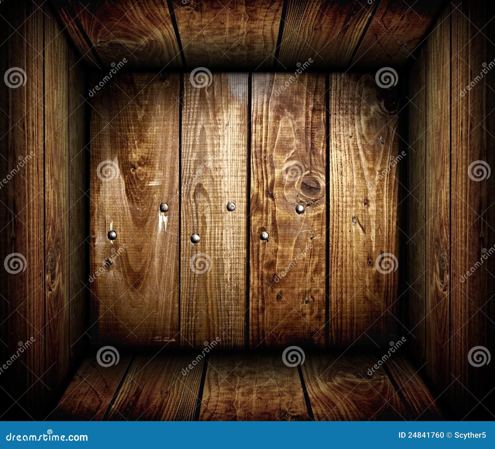 Dentro de uma caixa de madeira vazia. Caixa de madeira