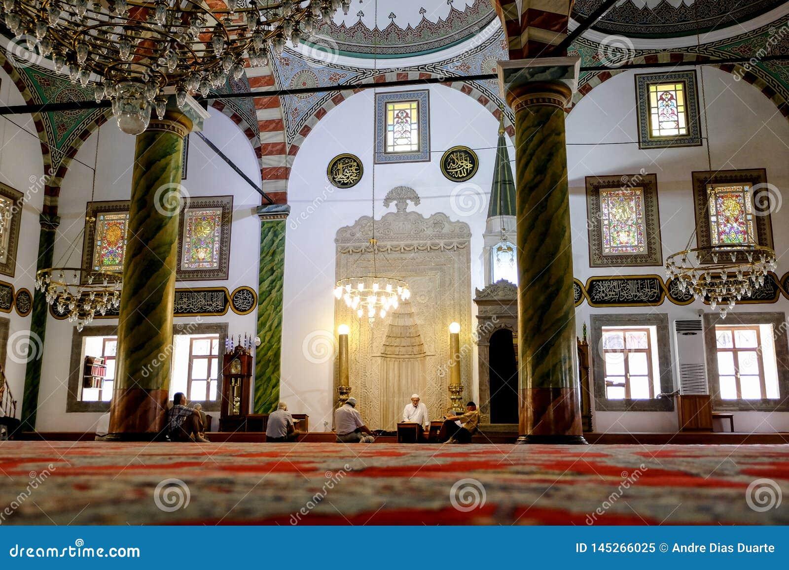 Dentro de uma mesquita muçulmana com alguns povos em Trabzon