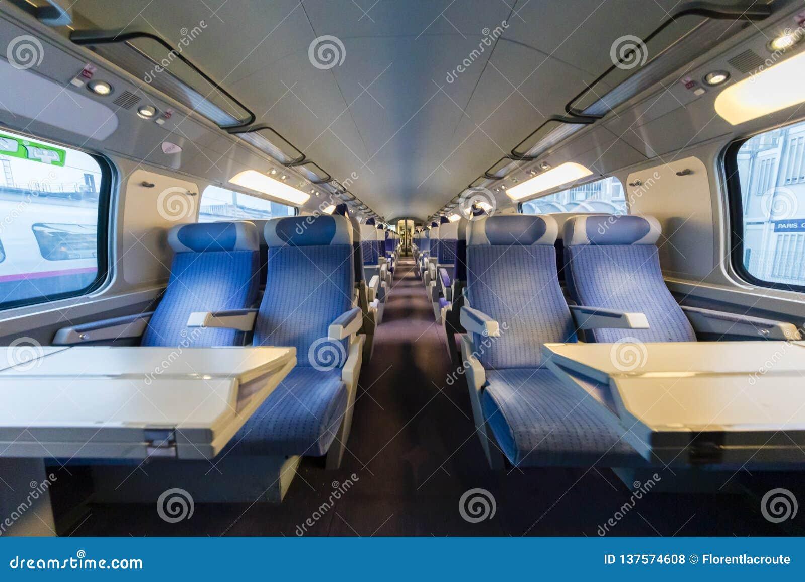 Dentro de un tren de alta velocidad vacío