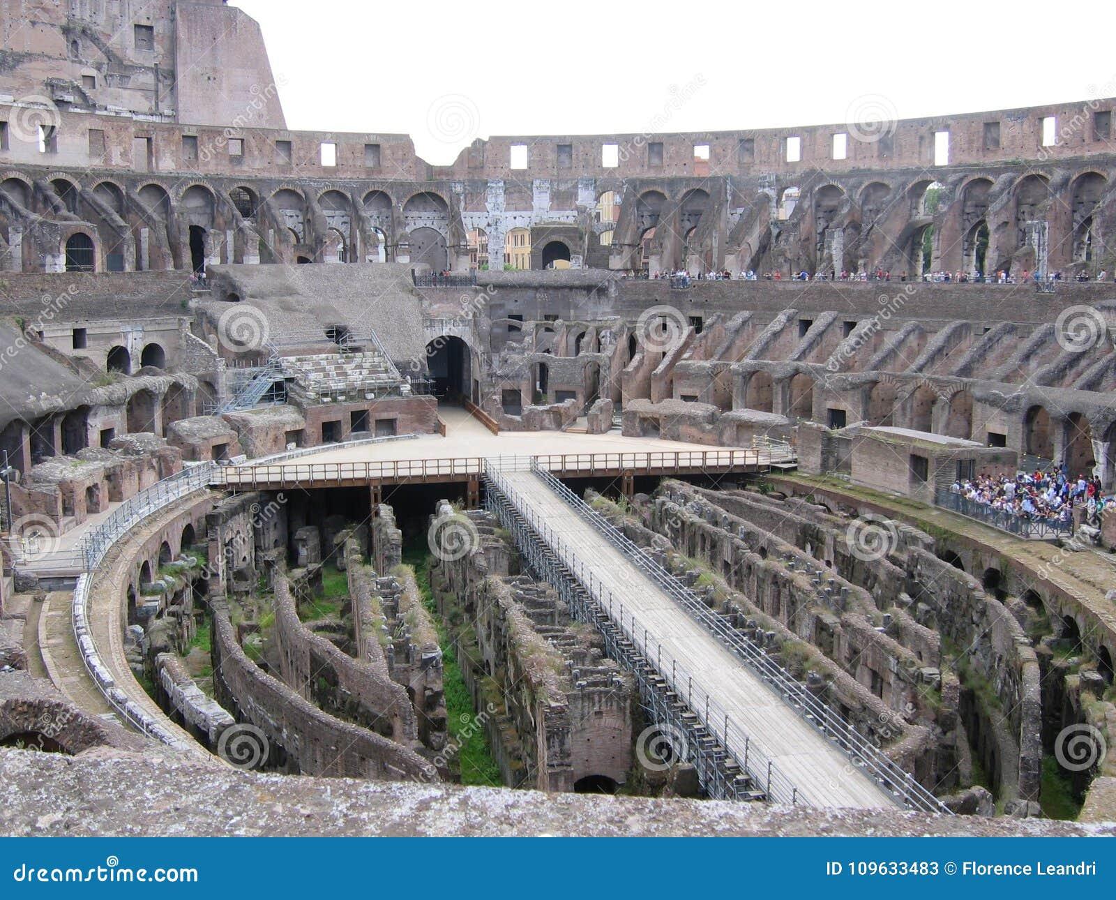 Dentro del Colosseum a Roma in Italia