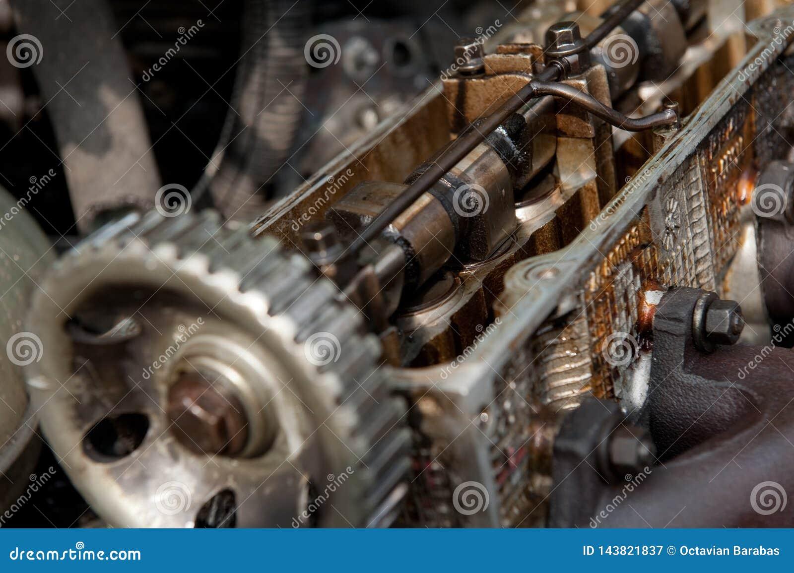 Dentro del motor de coche viejo en yarda del pedazo