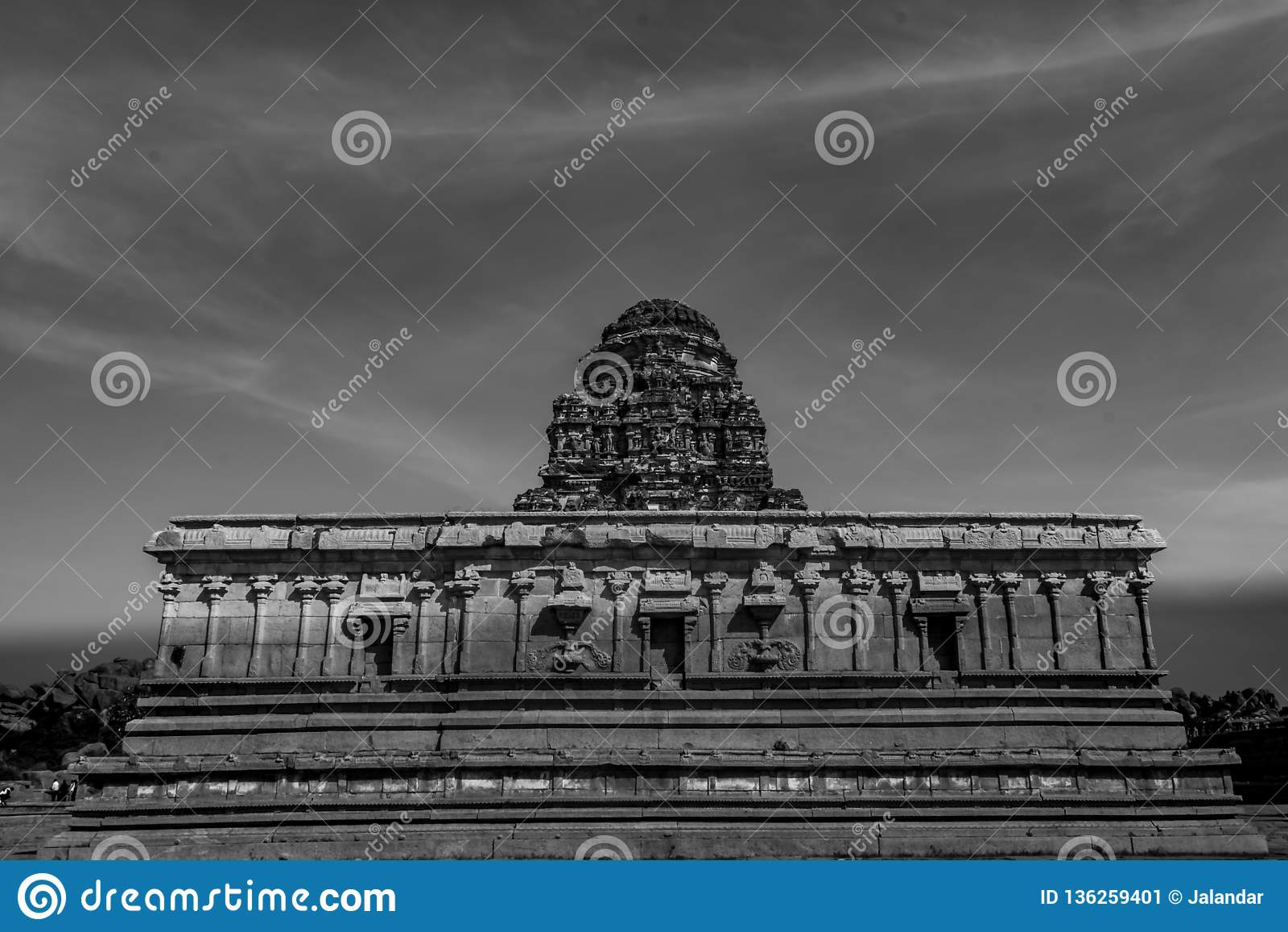 Dentro del templo de Vitala - cierre monocromático para arriba