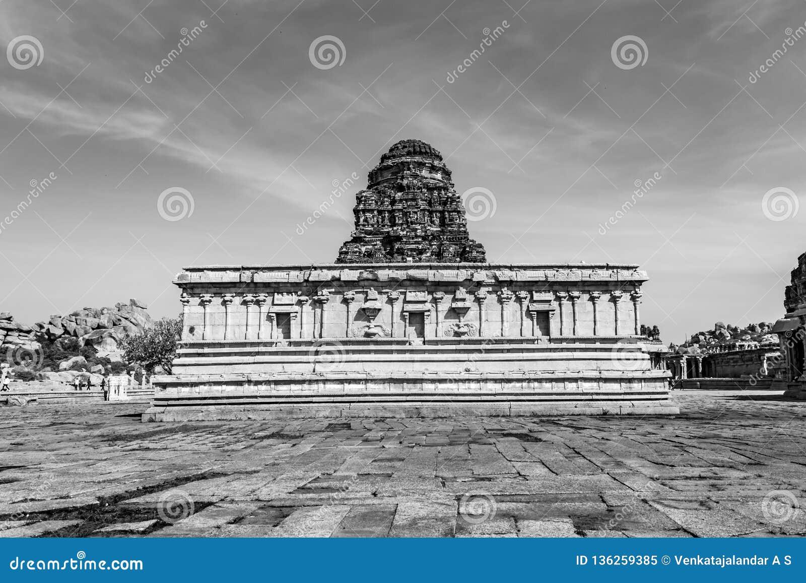 Dentro del templo de Vitala - Hampi - monocromo