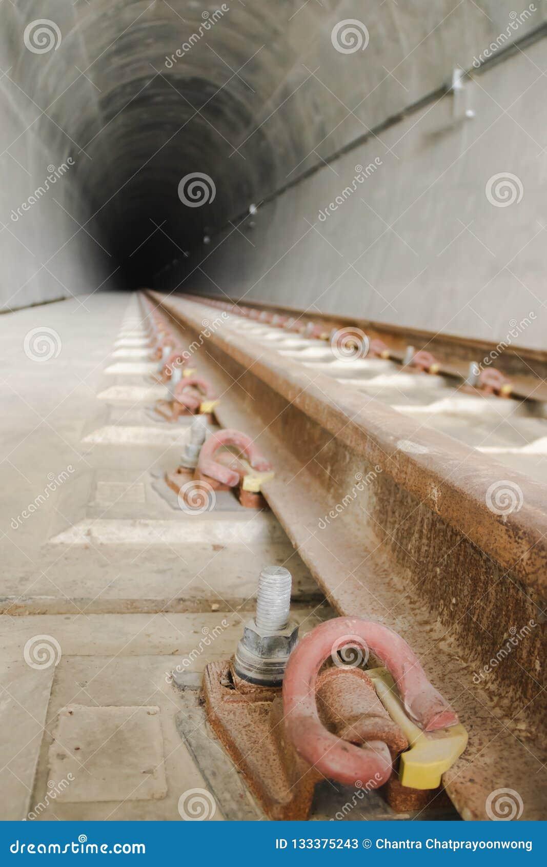 Dentro del tunnel ferroviario